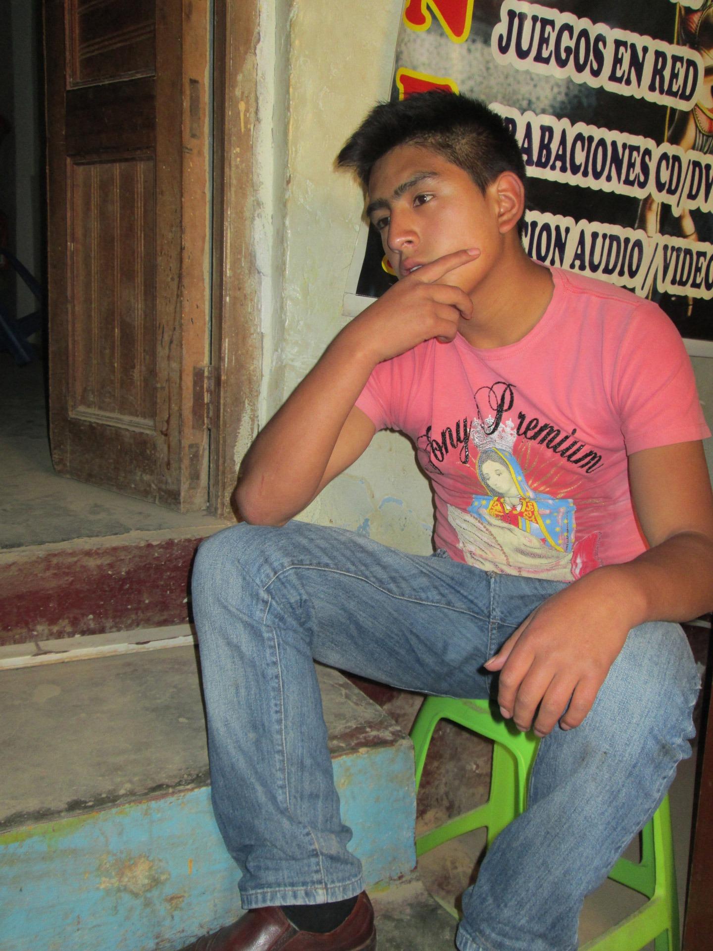 manusia orang Anak laki laki sendirian pria berpikir muda pemuda duduk merenungkan berpikir termenung bijaksana