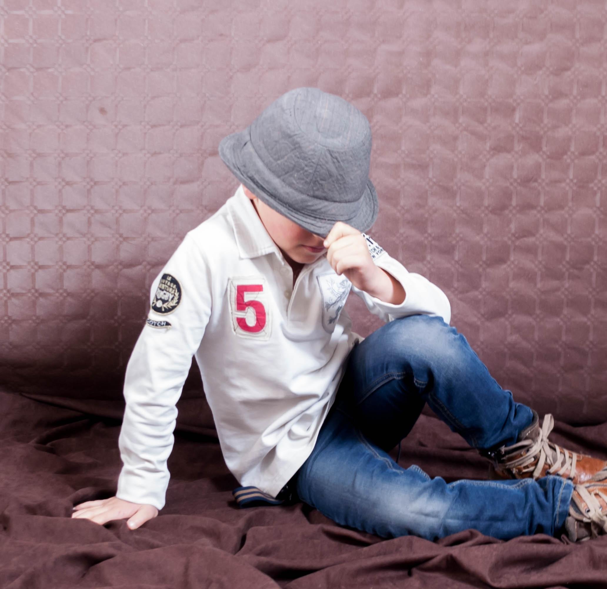 Gambar Orang Anak Laki Laki Pria Duduk Biru Topi Anak Kecil