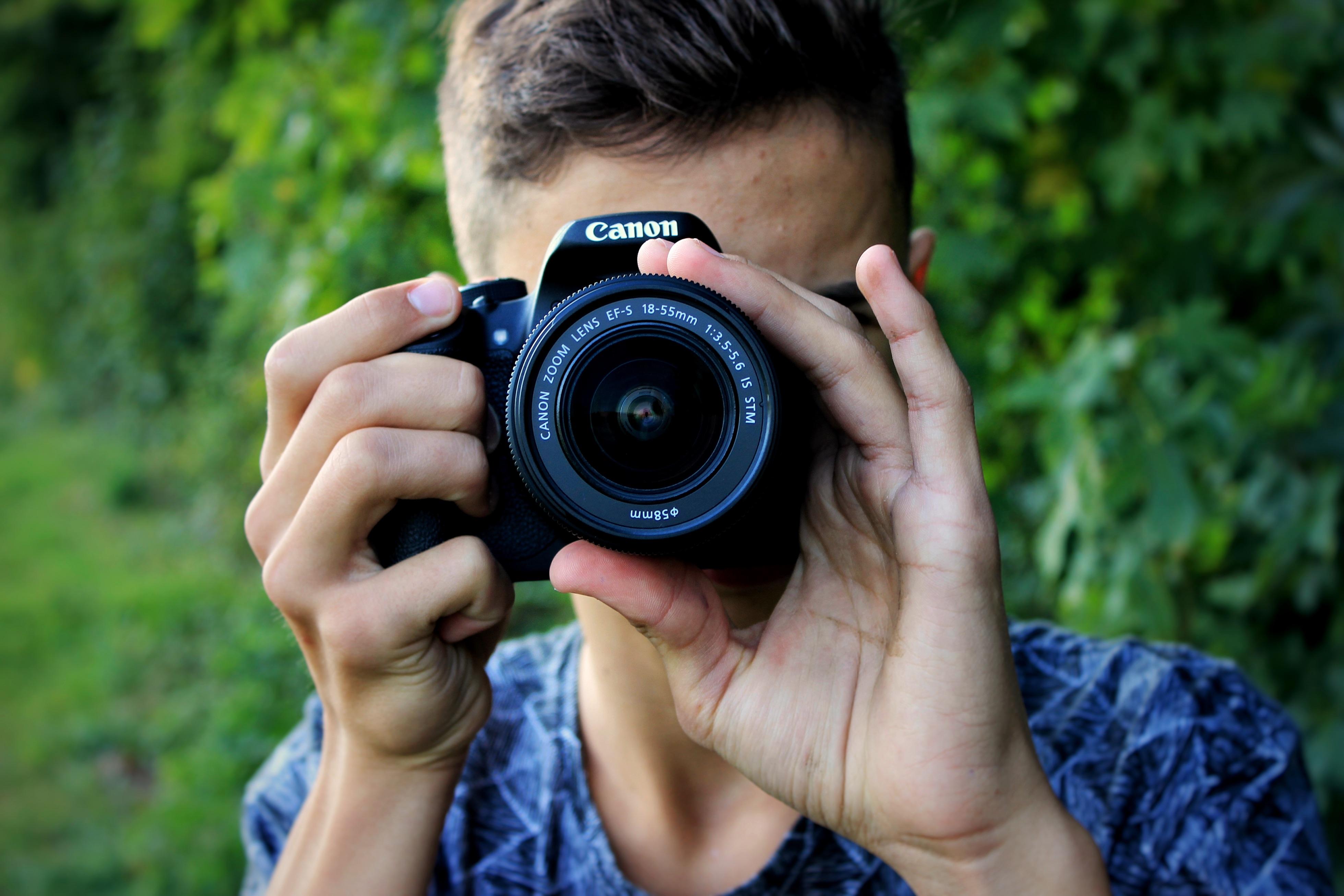 manusia orang kamera fotografi juru potret bermain potret norma anak merapatkan kamera refleks kamera digital mata