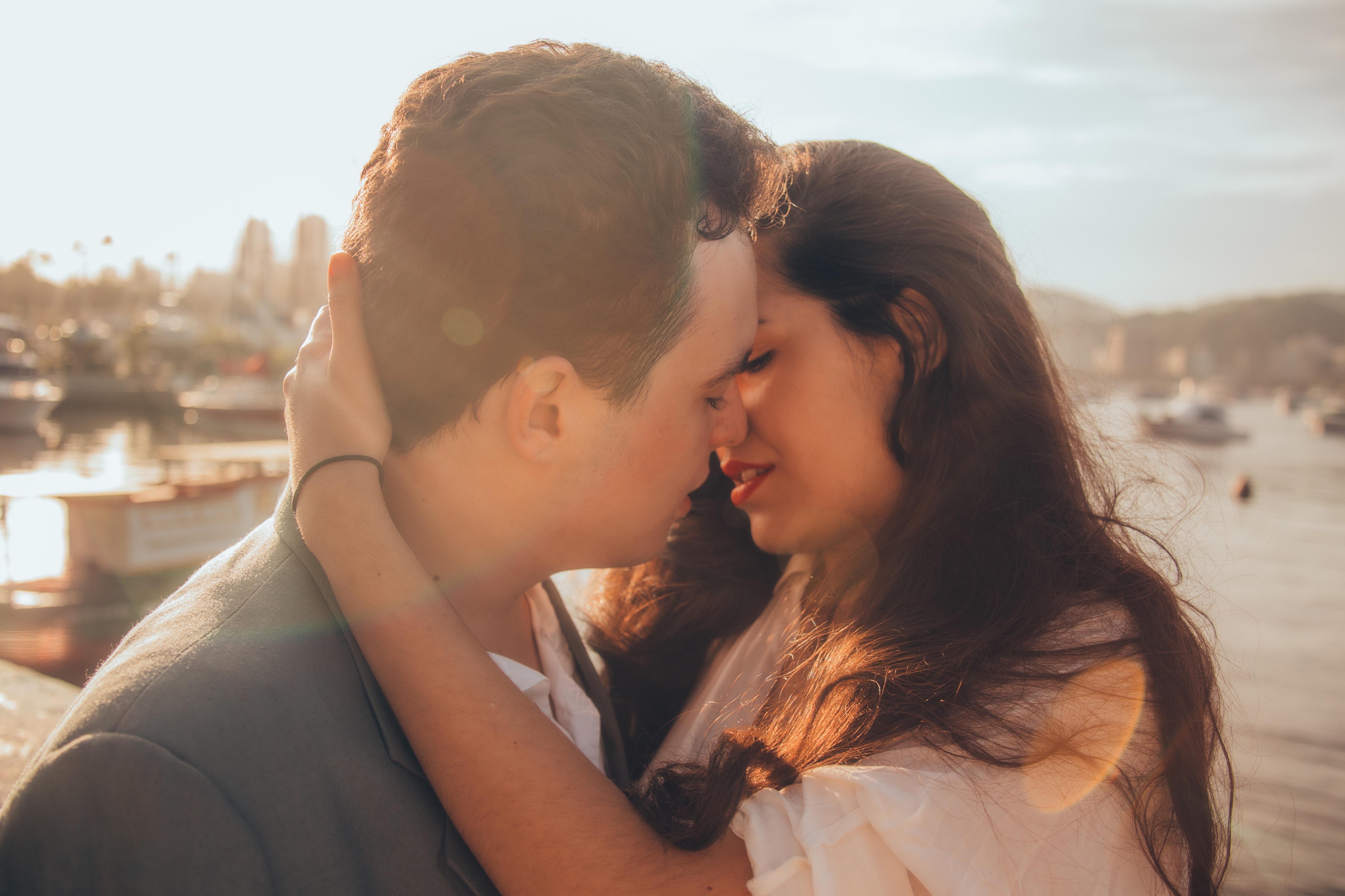 молодая пара целуется фото