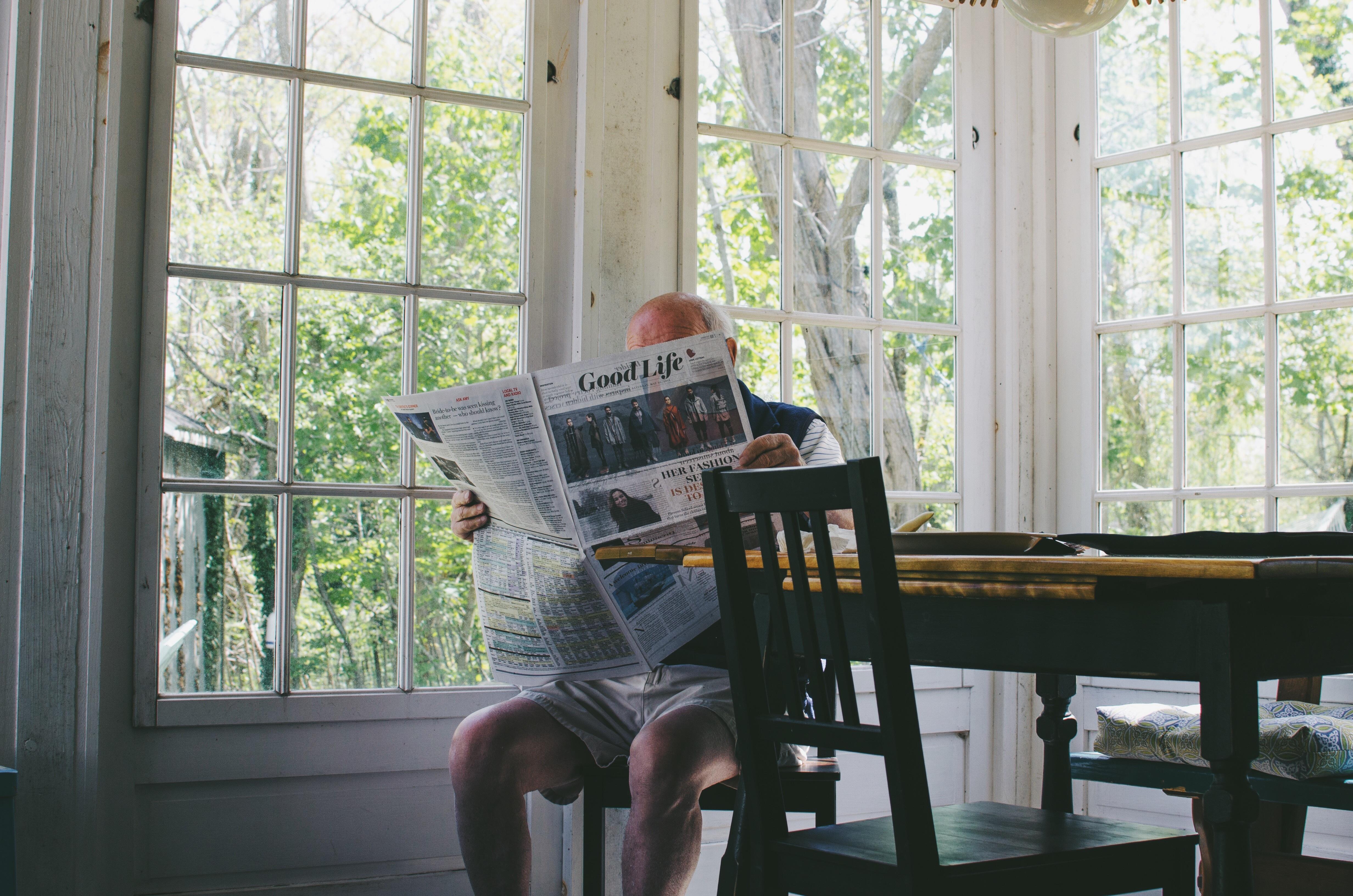 Gratis Afbeeldingen : man, persoon, huis, venster, huis-, lezing ...
