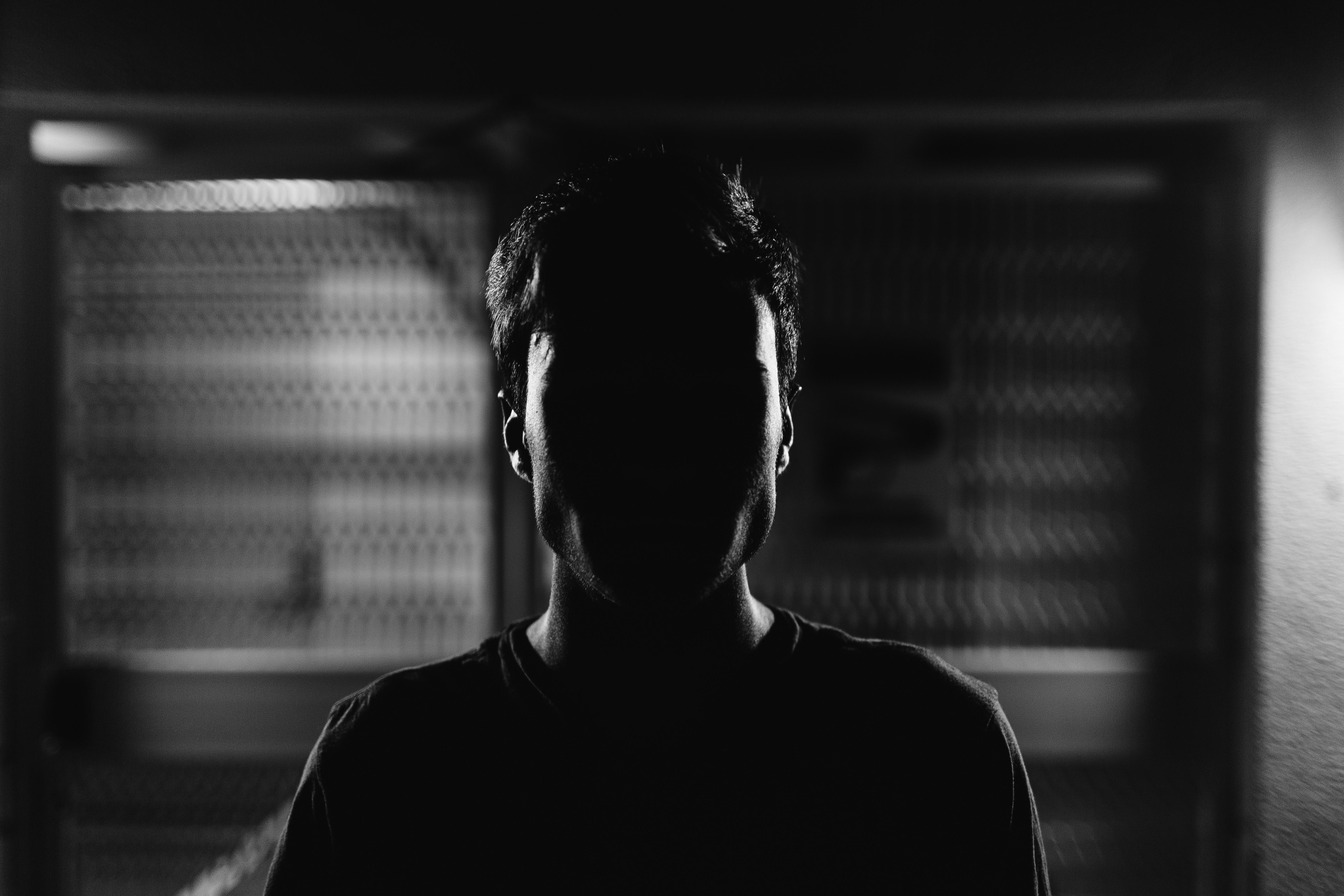 мужчина возле картинки про лица в тени такая жизнь судьба