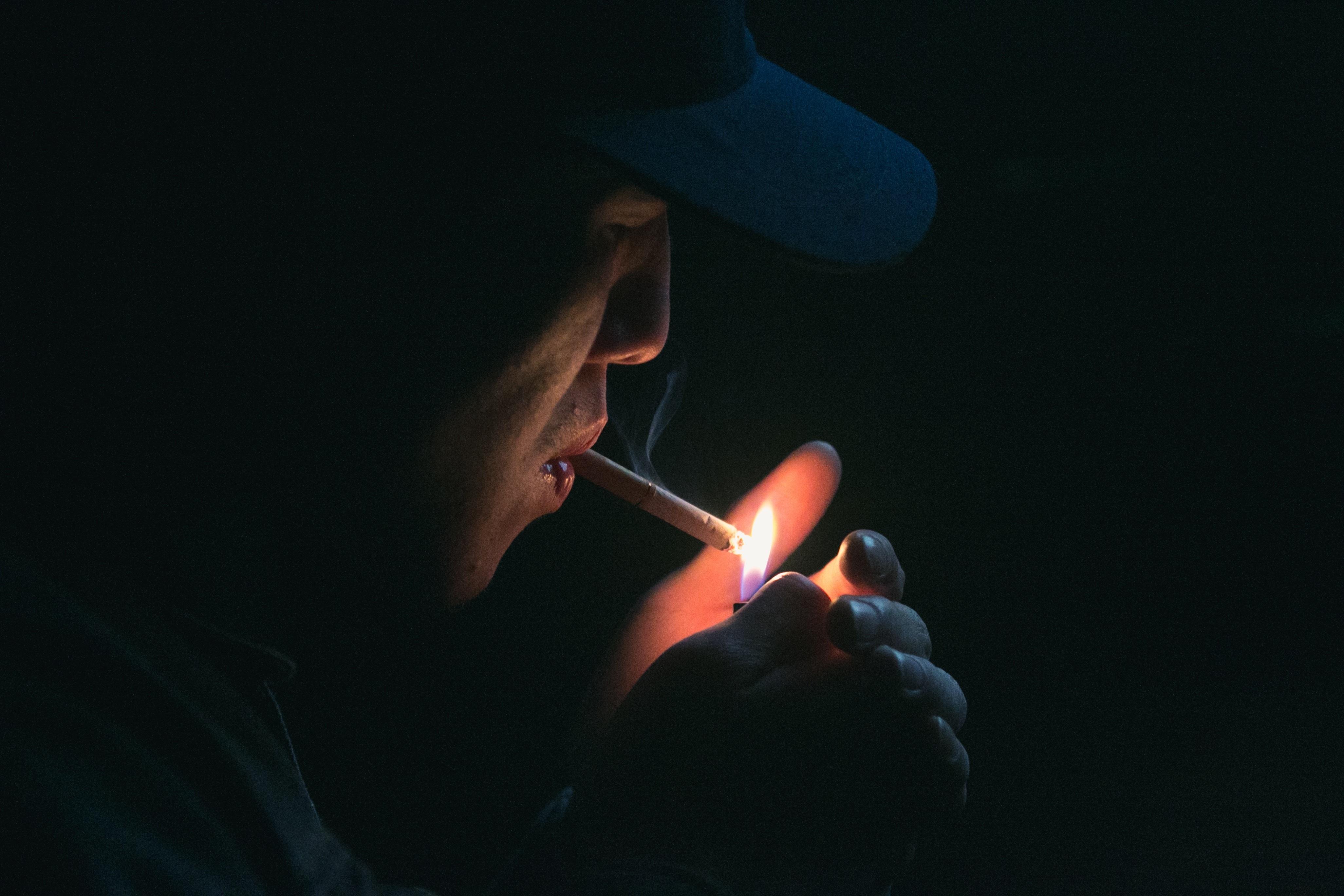Картинка сигарета во тьме