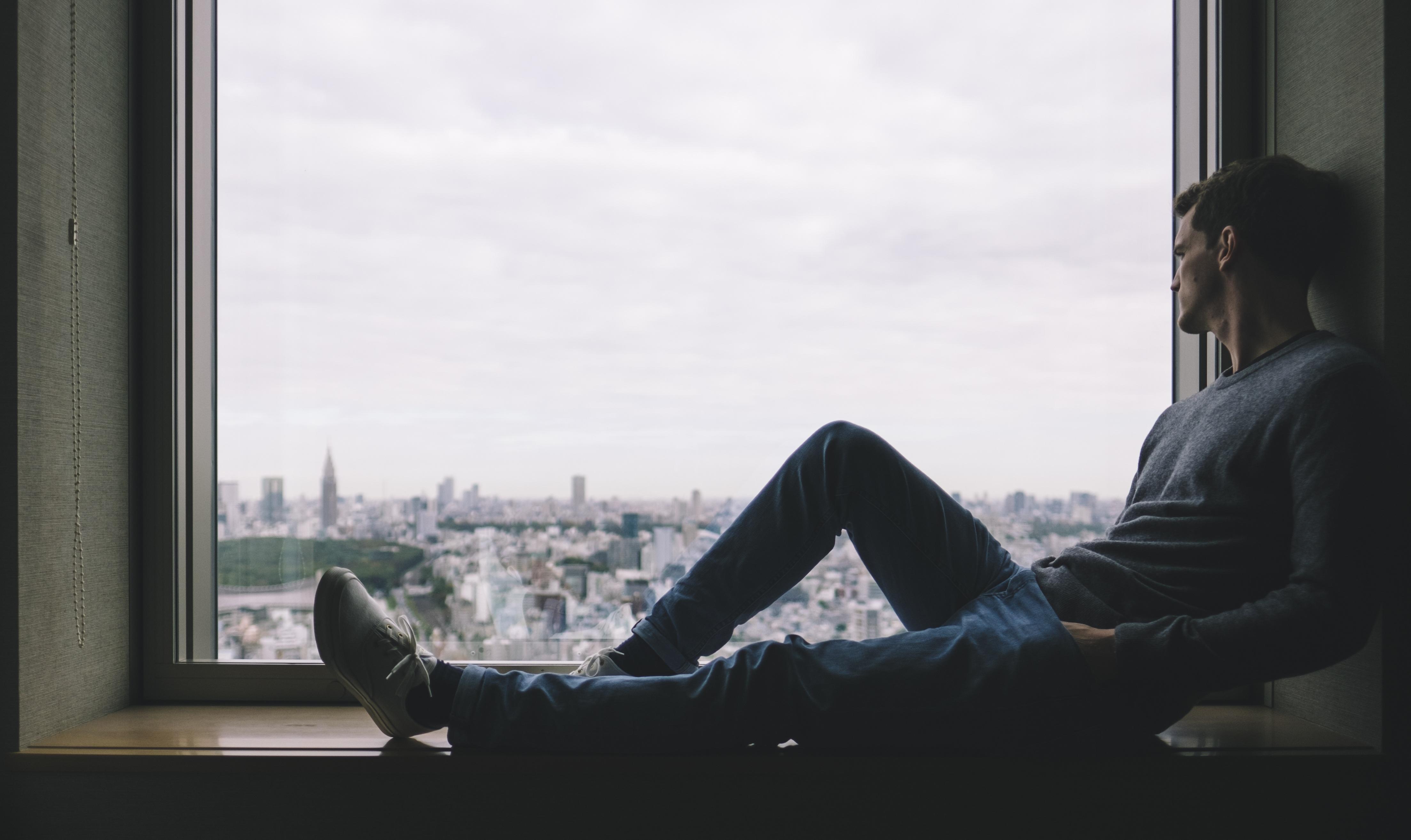 черно белое фото мужчина у окна истории