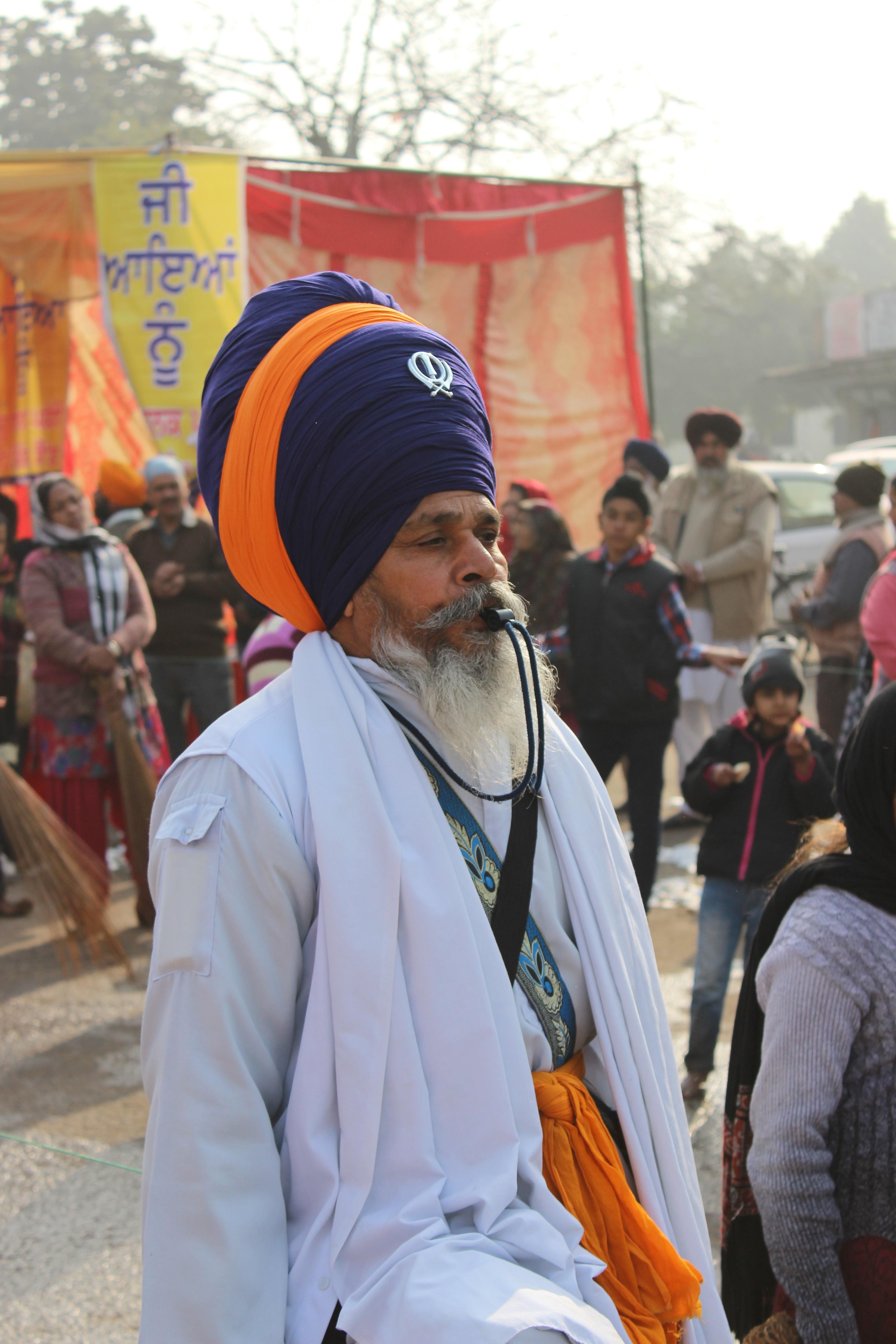 Rajinder Singh, 42, kyynelehtii onnesta ajatellessaan pääsyä gurun kuolinpaikalle – Intia ja Pakistan avaavat sodan sulkeman rajan