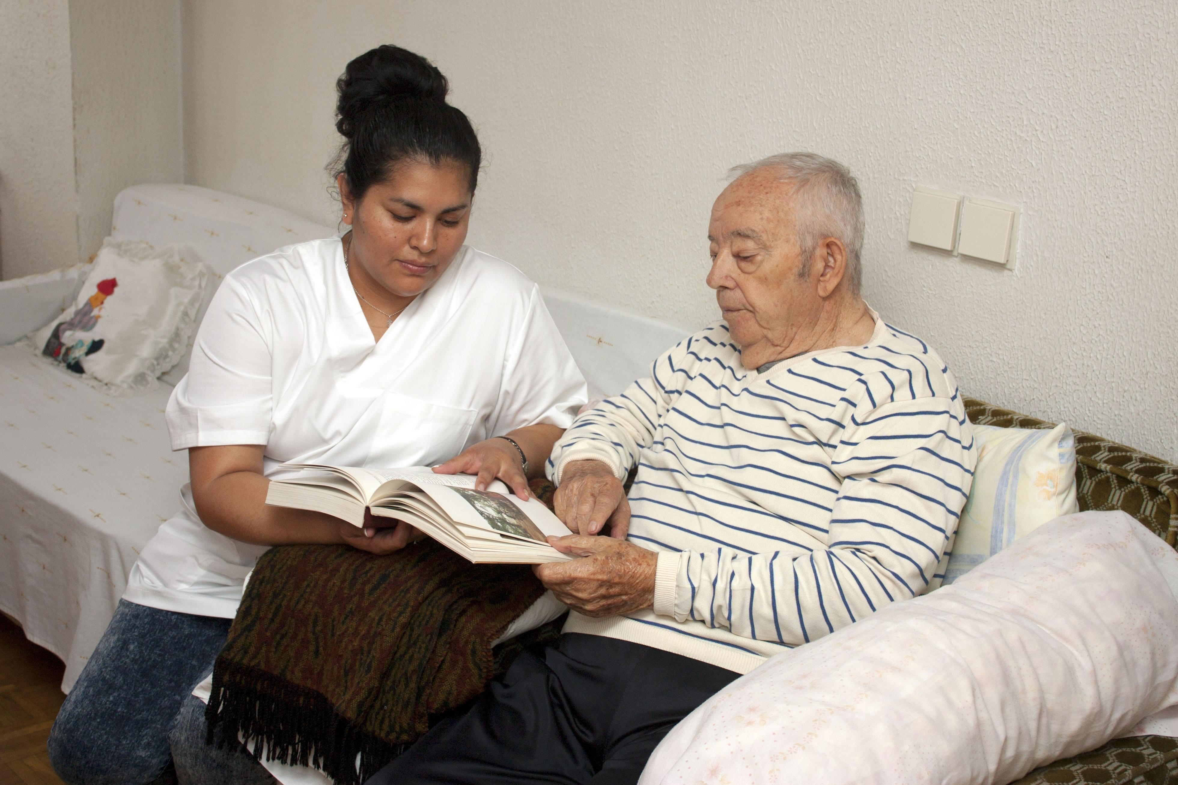 Images gratuites homme la personne gens personne g e for Aide aux parents en maison de retraite