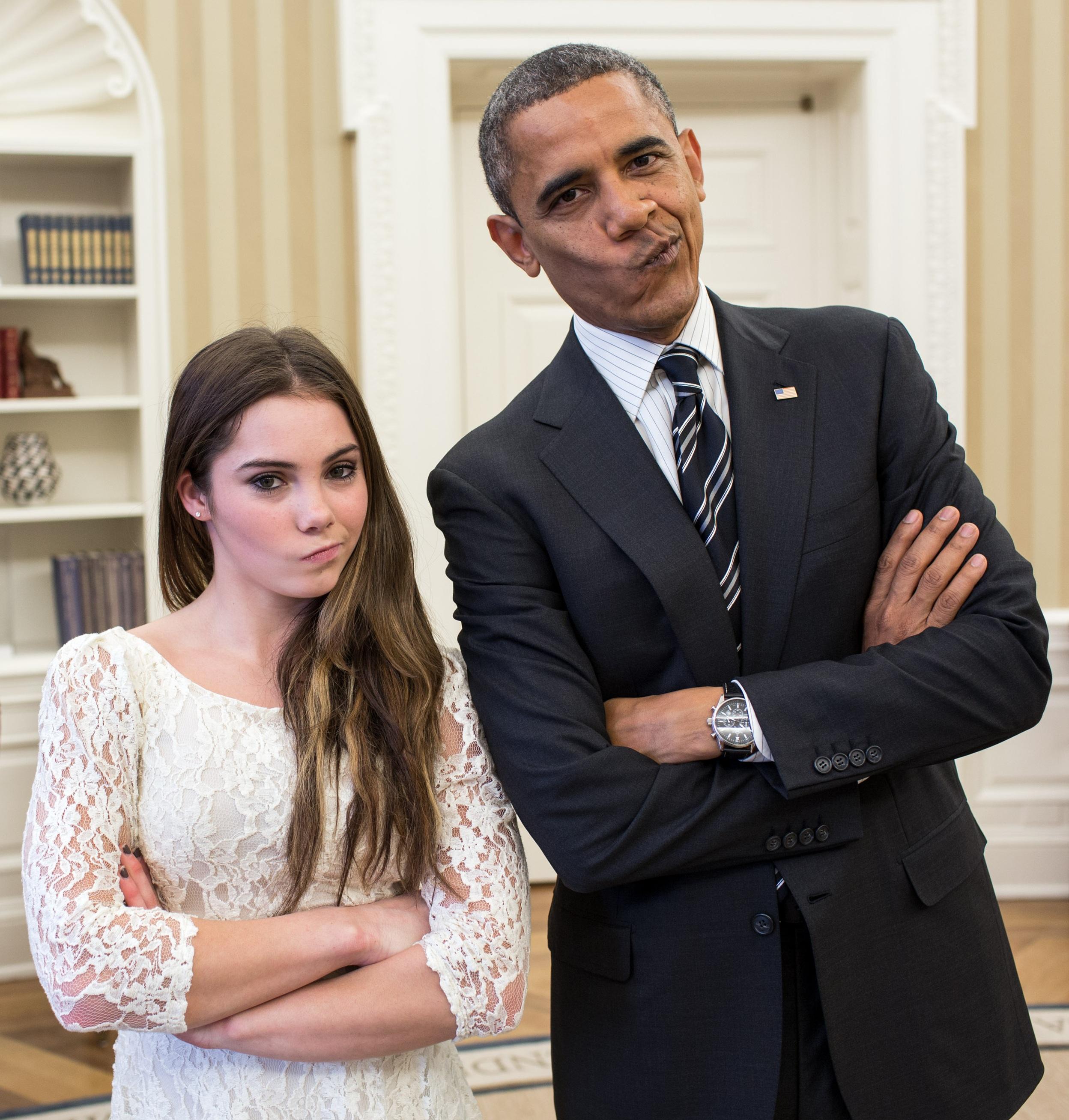 無料画像 おとこ 人 ホワイトハウス 壁紙 面白い ユーモア リラックスした 冗談で フォーマルウェア 楕円形のオフィス 公式写真 バラクオバマはmckayla Maroneyを模倣する マッカイマロニーピンク アメリカン体操選手 オバマはチームを呼んでいる