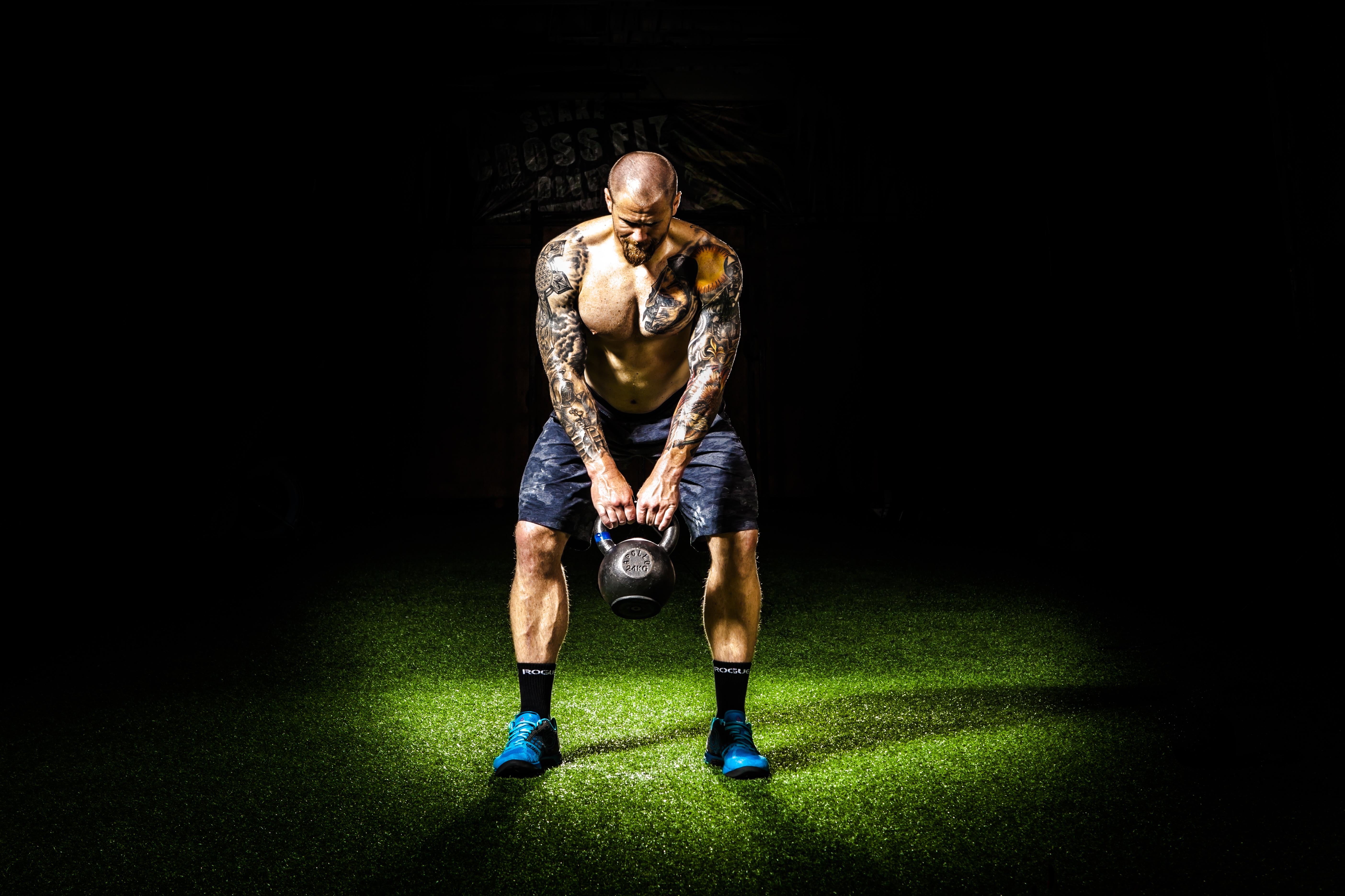 homme la photographie foncé obscurité exercice aptitude projecteur Gym  muscle Poids effort Tatouages image fort capture 2fe45964a0d