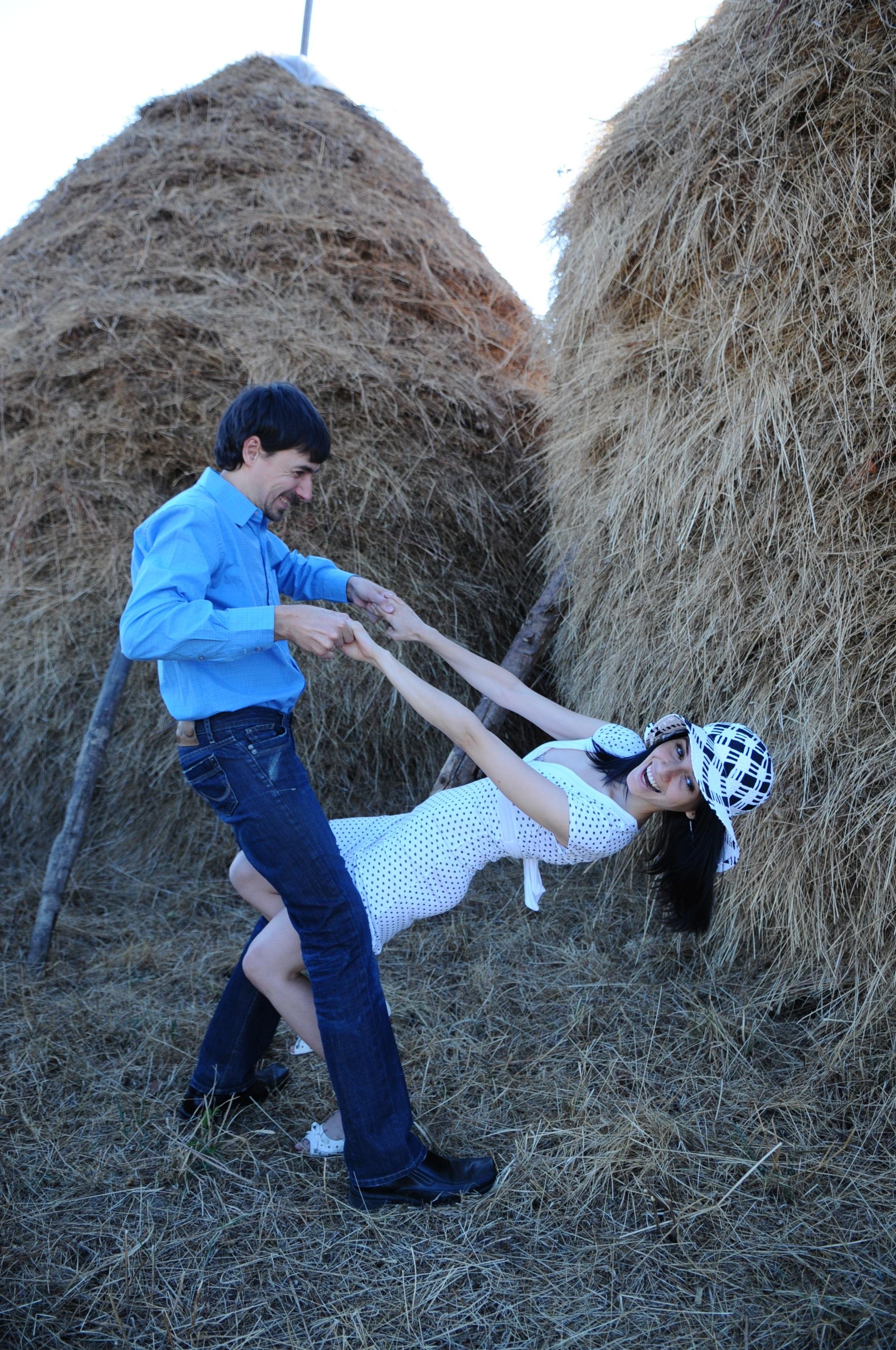hombre rock niña mujer aventuras masculino hembra sombrero escalada de roca  almiar vestido blanco risa divertido dc3128dcc62