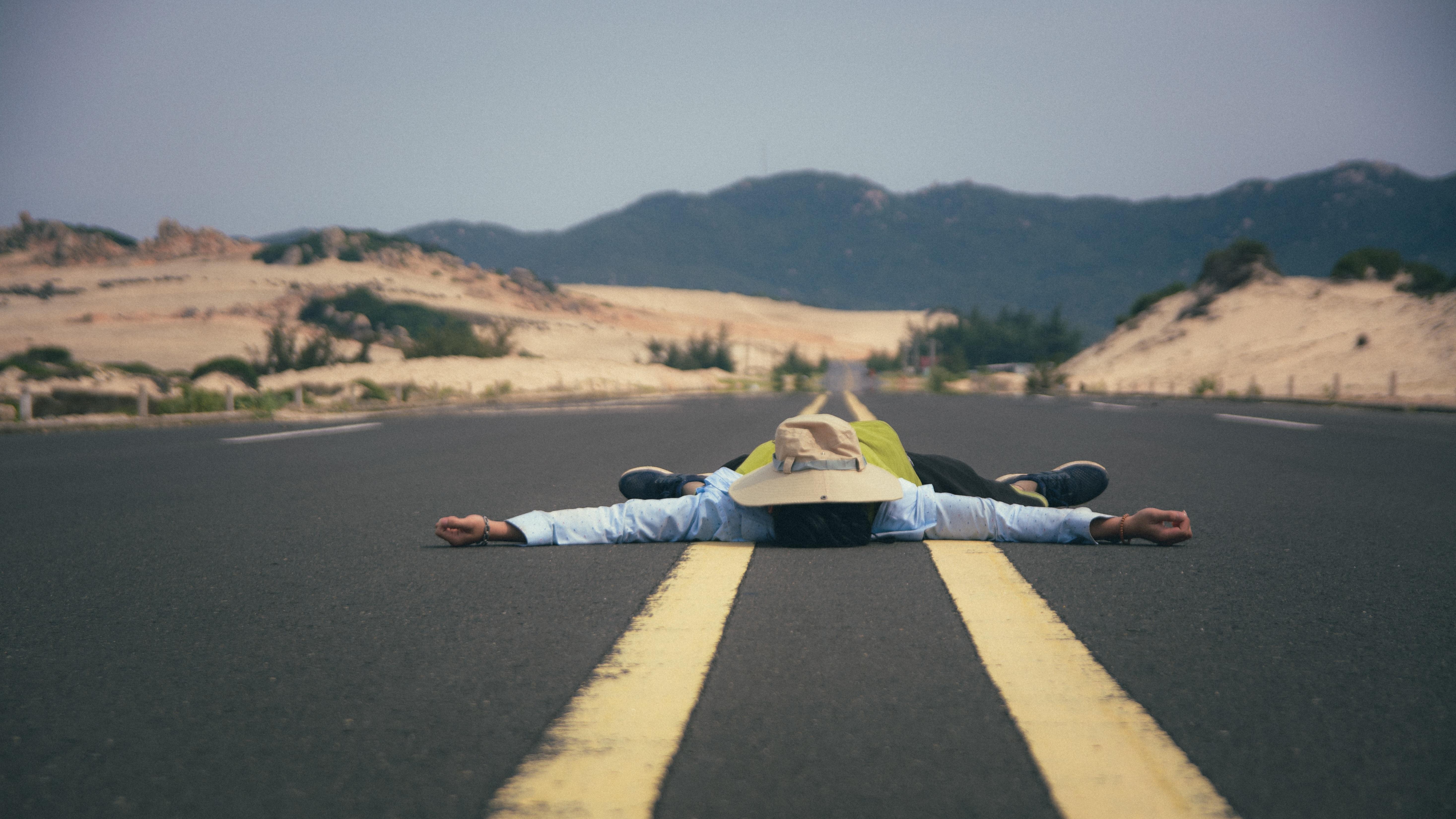 первым картинка лежа на дороге стало известно, что