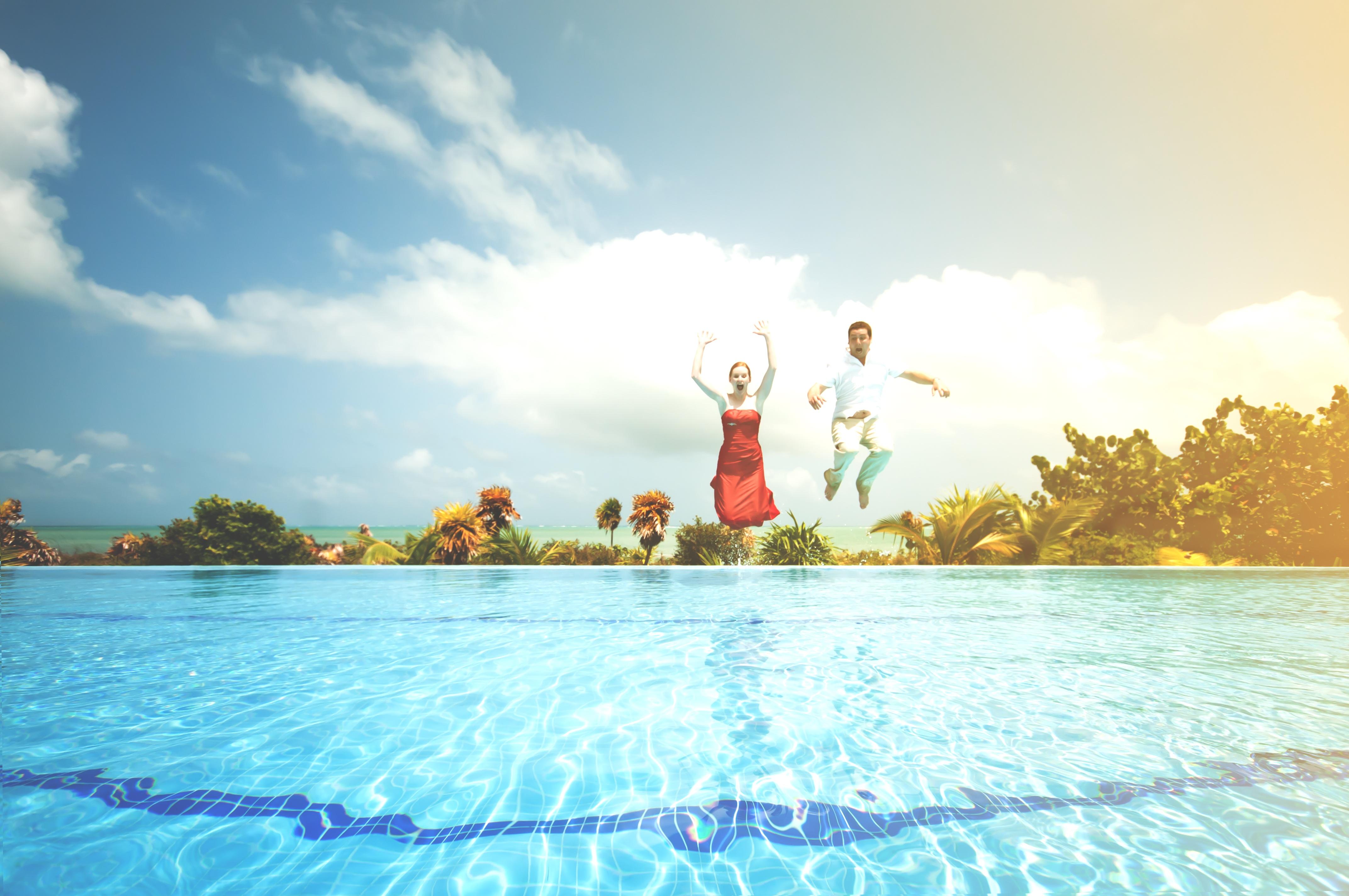 Fotos gratis hombre mar agua nube gente mujer saltar