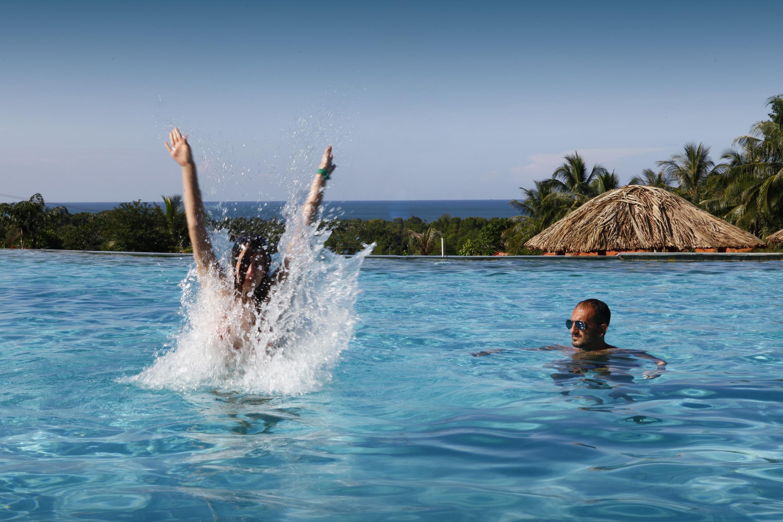 Fotos gratis hombre mar agua mujer saltar vacaciones