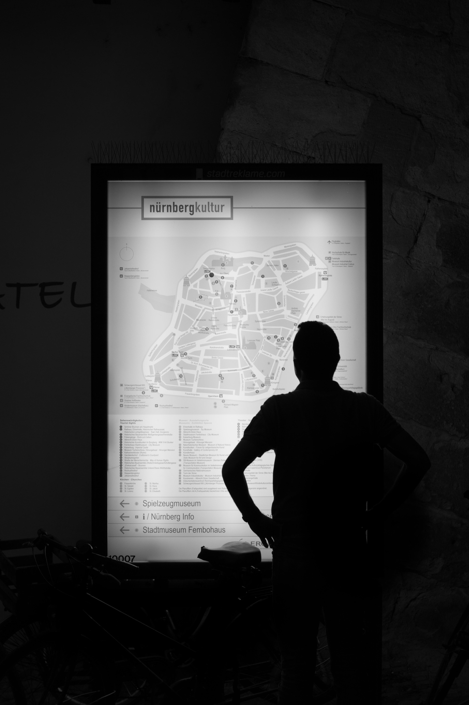 opplysningen kart Bildet : Mann, silhouette, lett, svart og hvit, natt, by, mørk  opplysningen kart