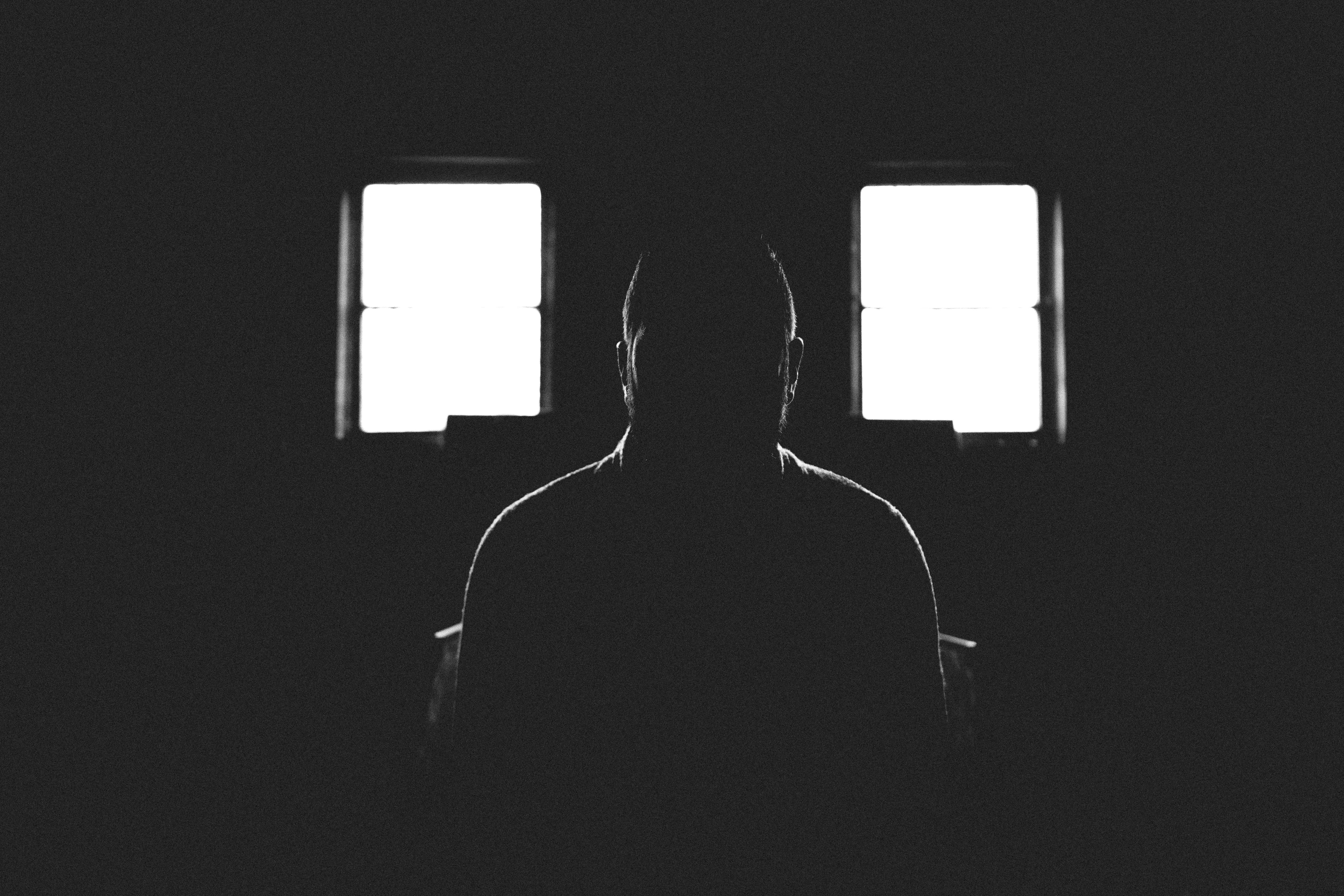 ждет фото мужчины в темноте комнате делать
