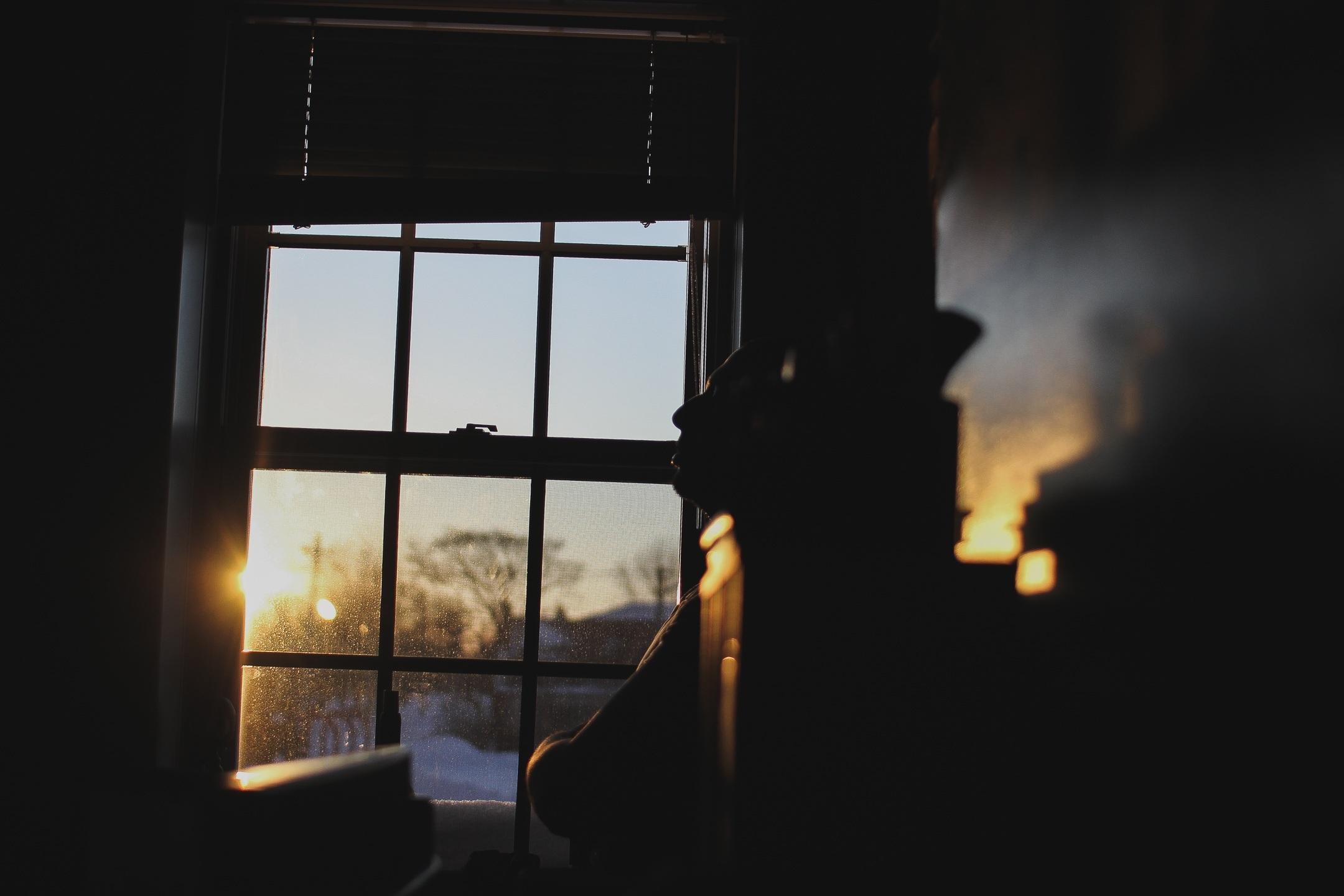 05230fddd4 Fotos gratis : hombre, mesa, persona, ligero, puesta de sol, noche, luz de  sol, asiento, ventana, solo, masculino, pensando, pensamiento, reflexión,  color, ...