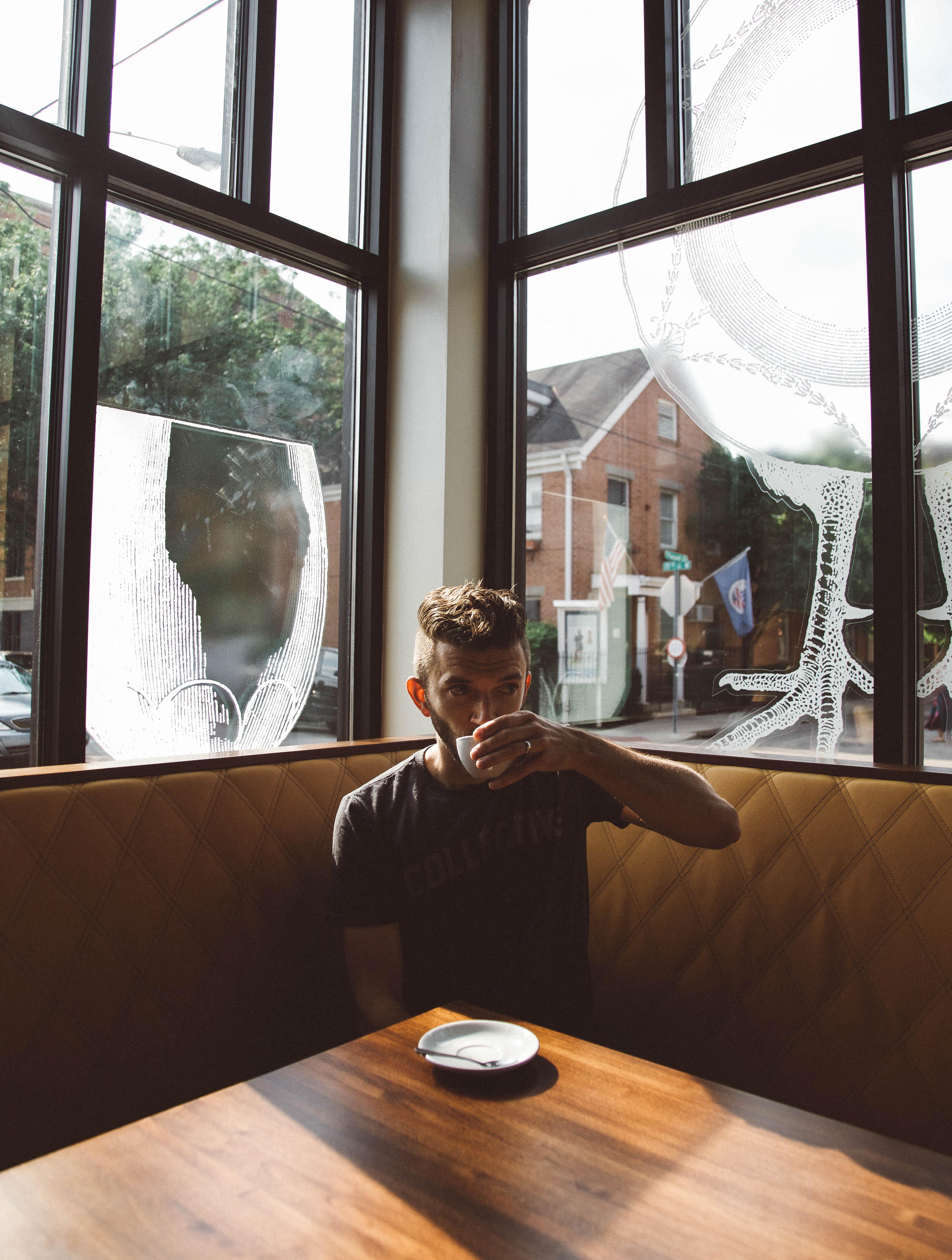Bildet : Mann, bord, tre, hus, sete, glass, hjem, stue ...