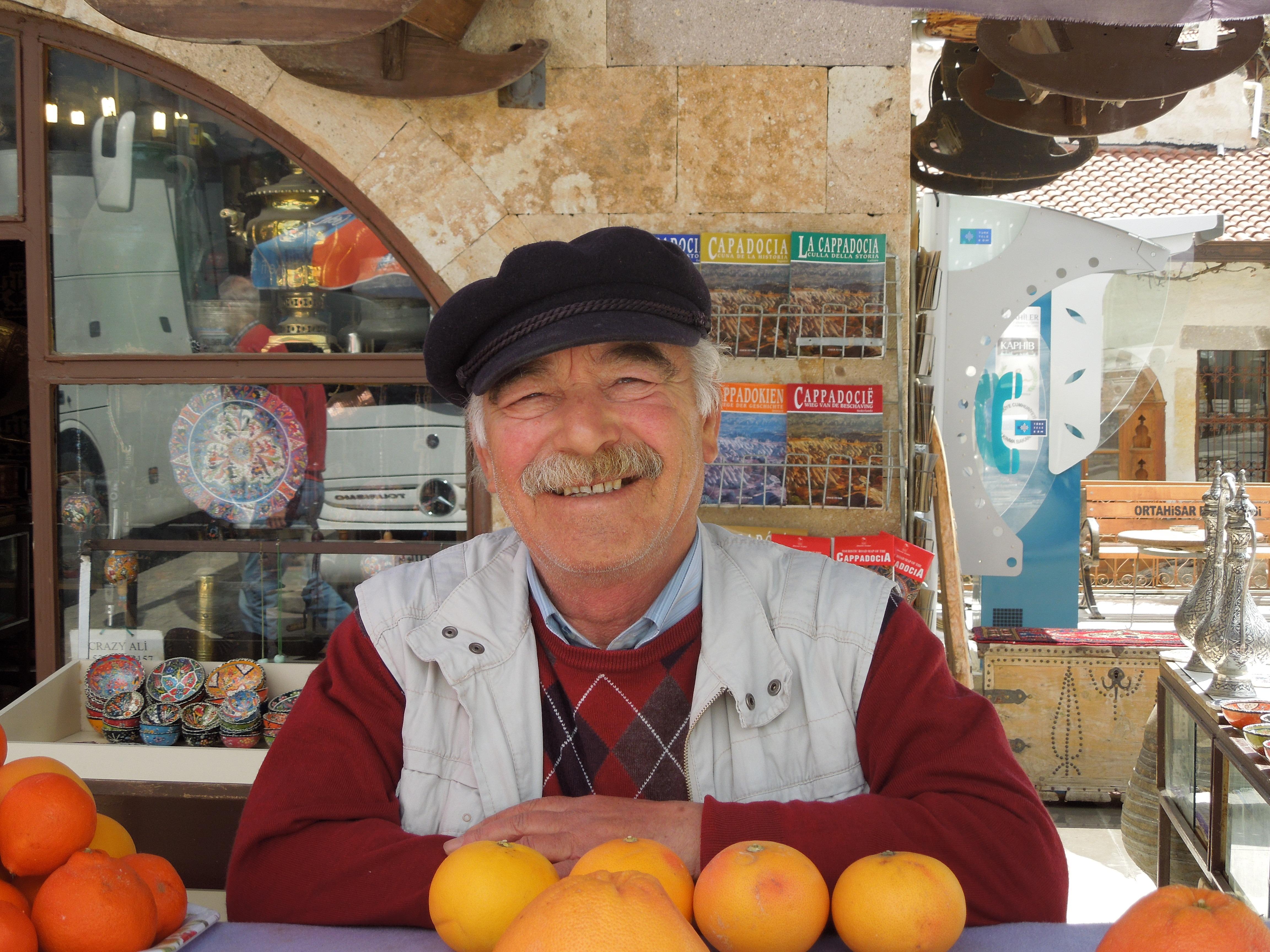 самом деле пожилой мужчина продает ягоды фото картинки религии идут дальше