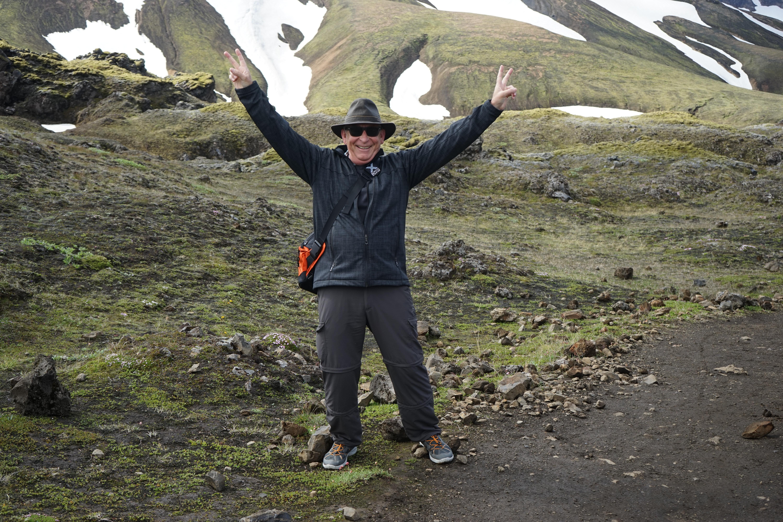 bcb93d682ca7c hombre para caminar montaña aventuras cordillera sombrero deporte extremo  cresta risa divertido Deportes montañas alegría