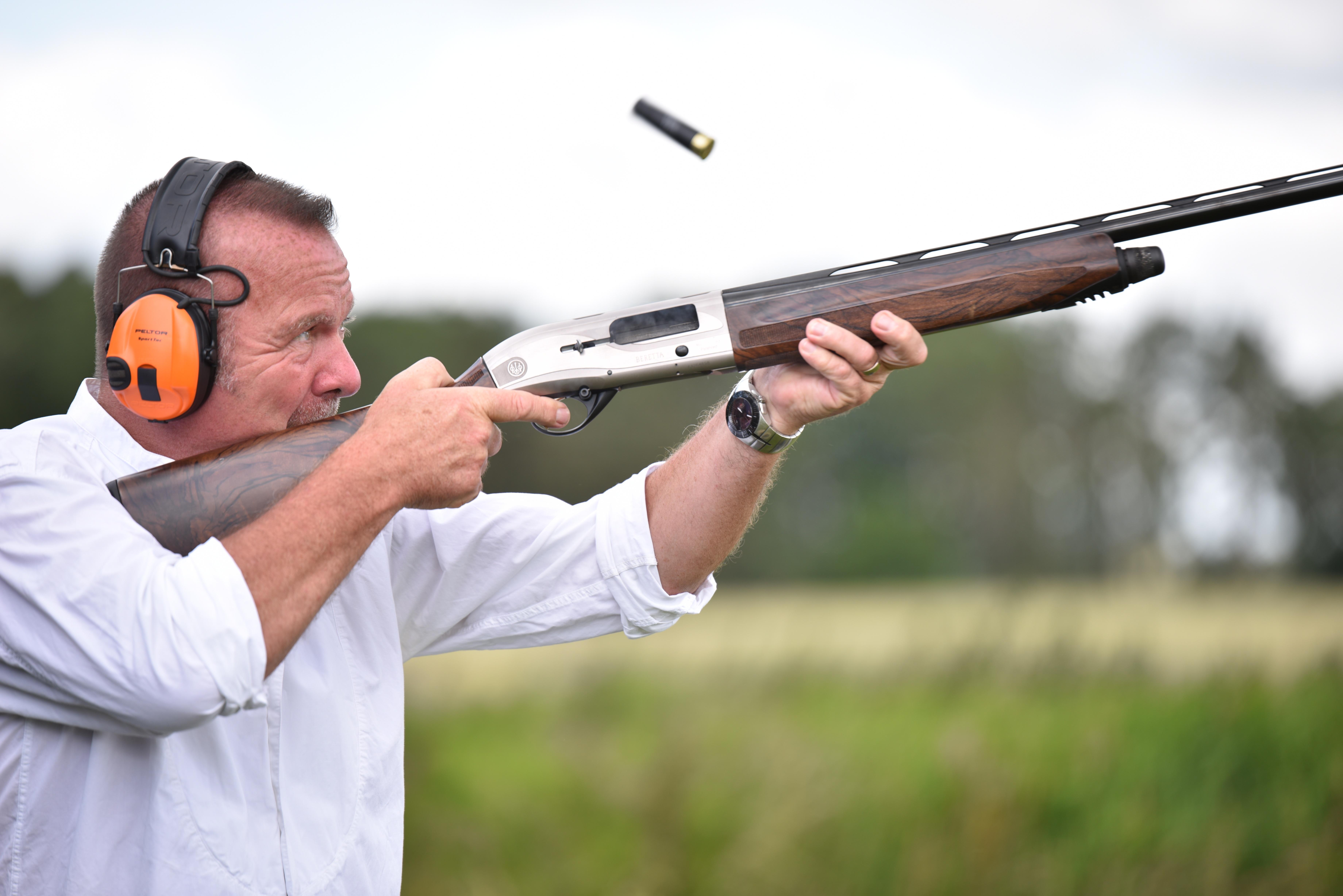 Мужчина с ружьем картинка