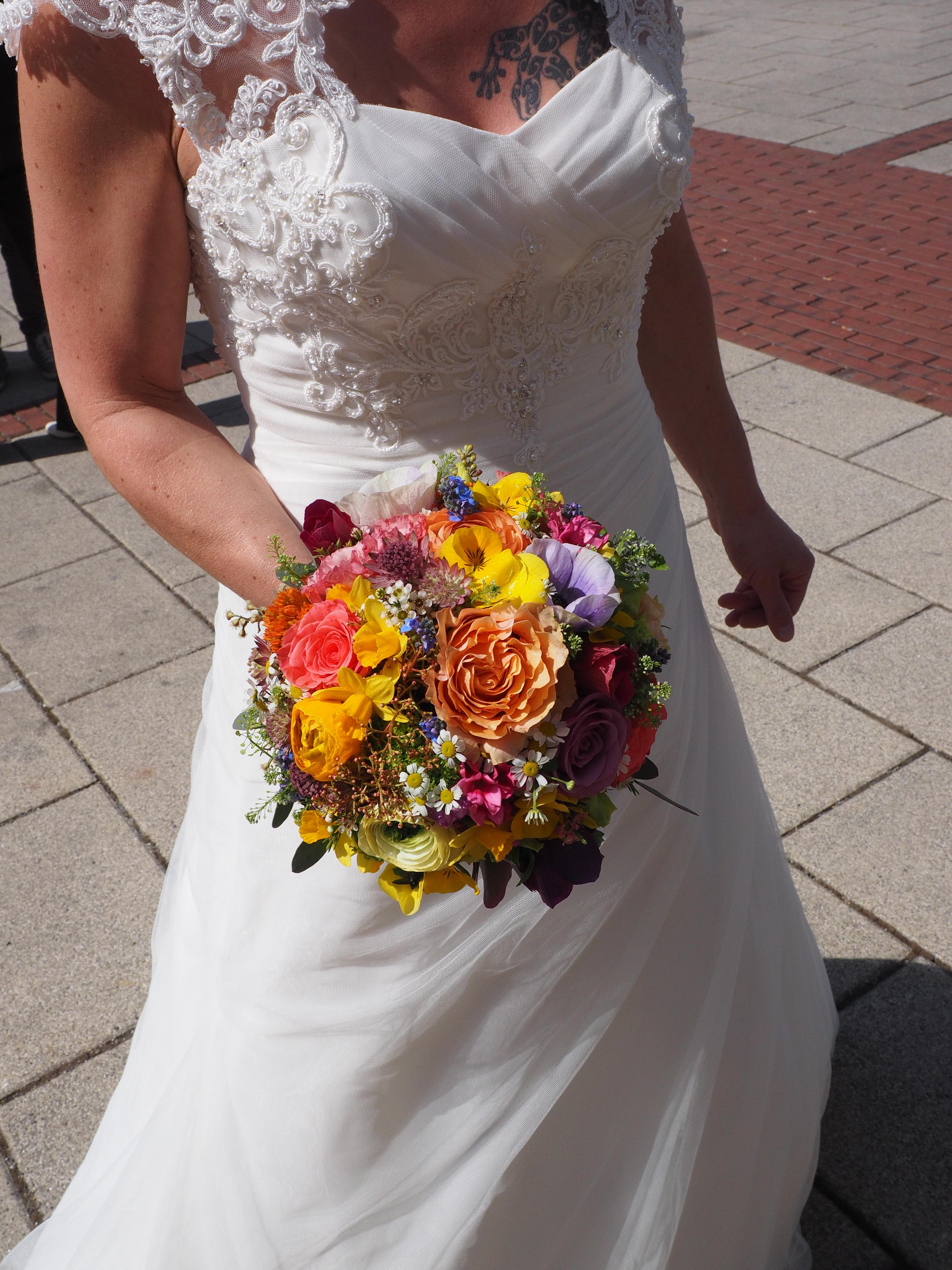Vestidos de novia con ramo de flores
