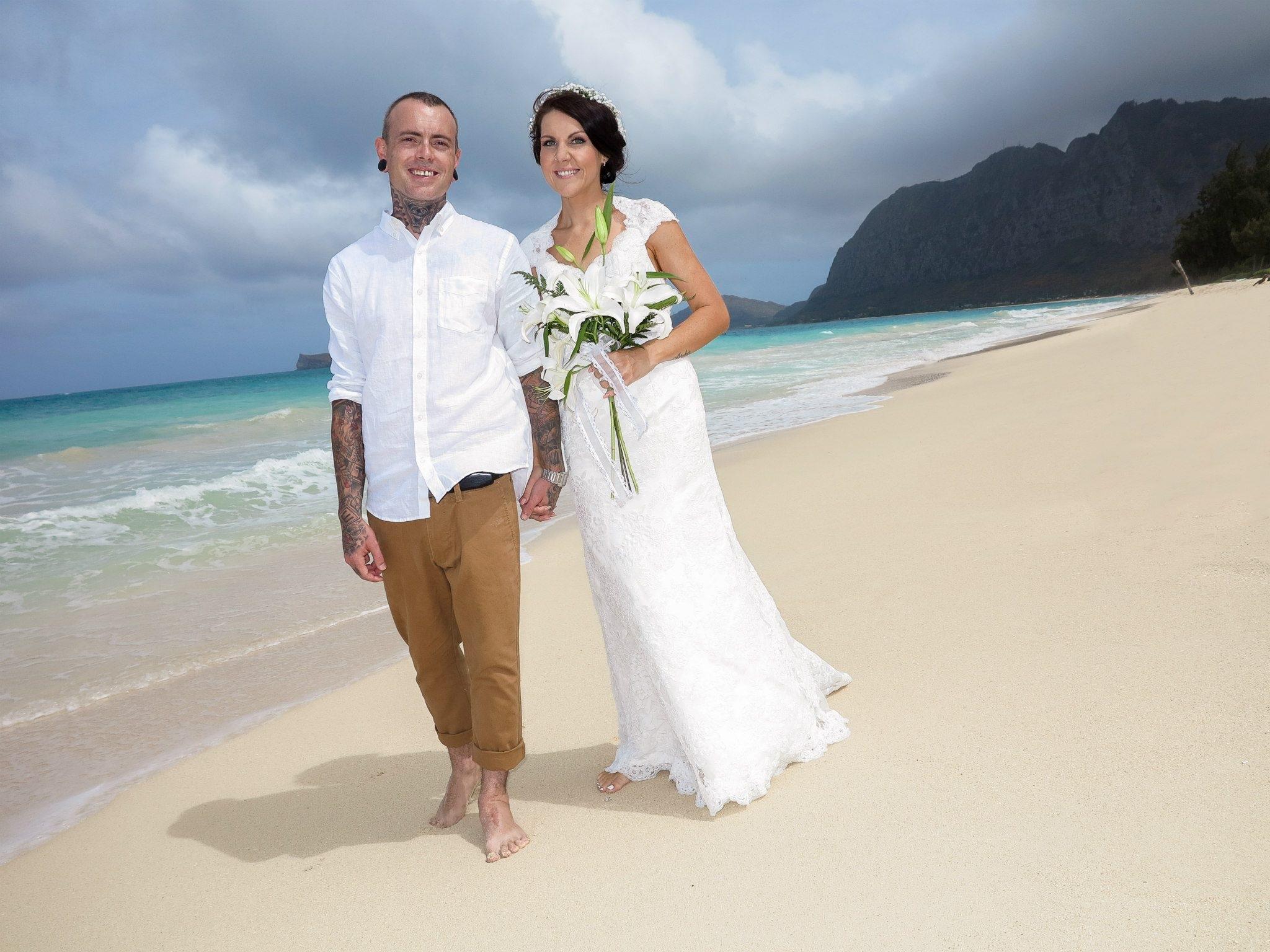 19d82fa72a68 mand kvinde hawaii bryllup bryllupskjole brud Brudgom ceremoni kjole  fotografi pakker kjole Photo shoot brude tøj