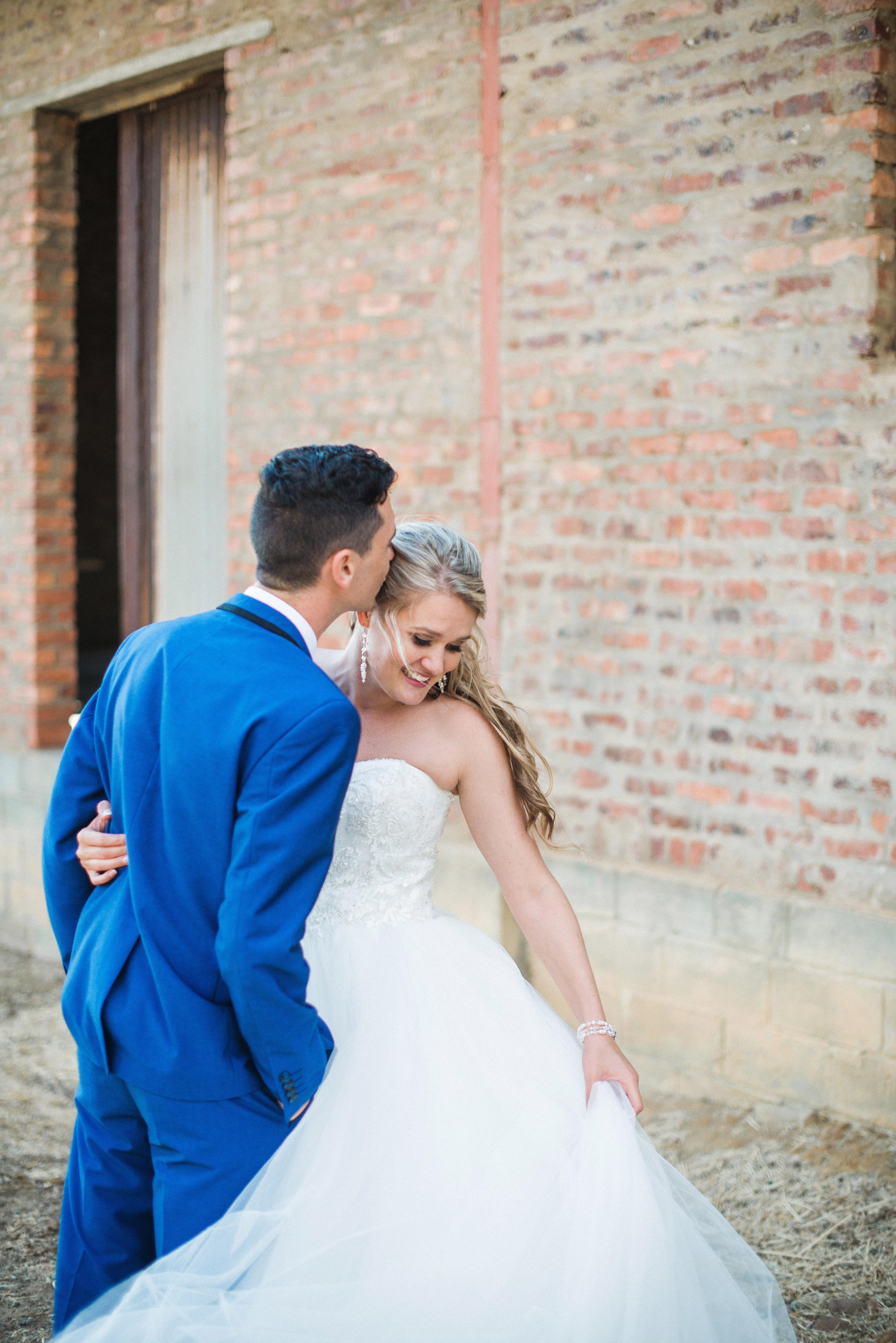 573526239 hombre mujer masculino amor Boda vestido de novia novia novio matrimonio  vestido blanco ceremonia vestir fotografía