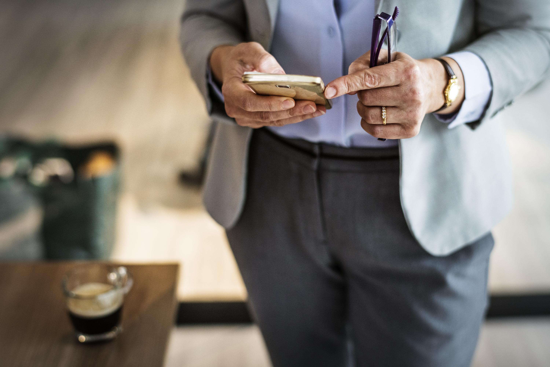sala riunioni messaggistica mattina ufficio completo da uomo vestito  formale professionale 7b6e15e6f50