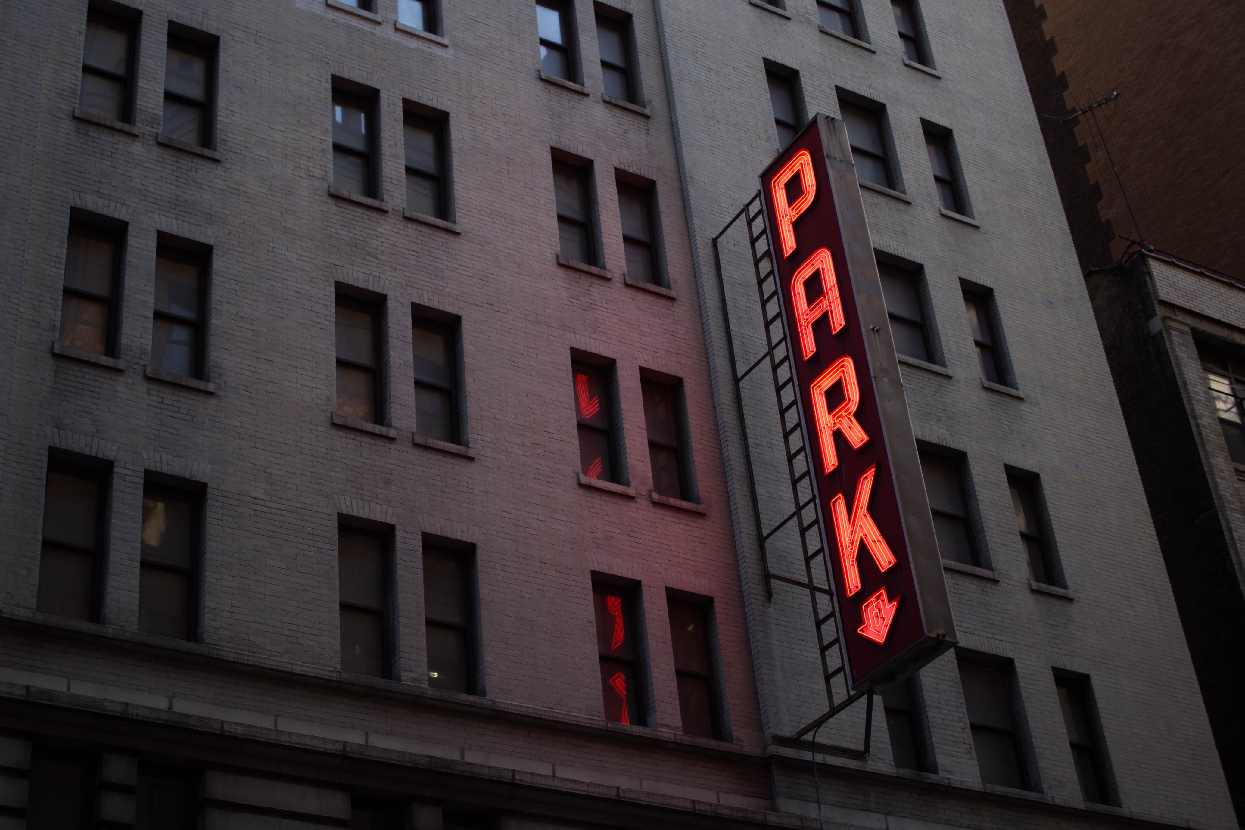 картинки вывесок на зданиях смотря