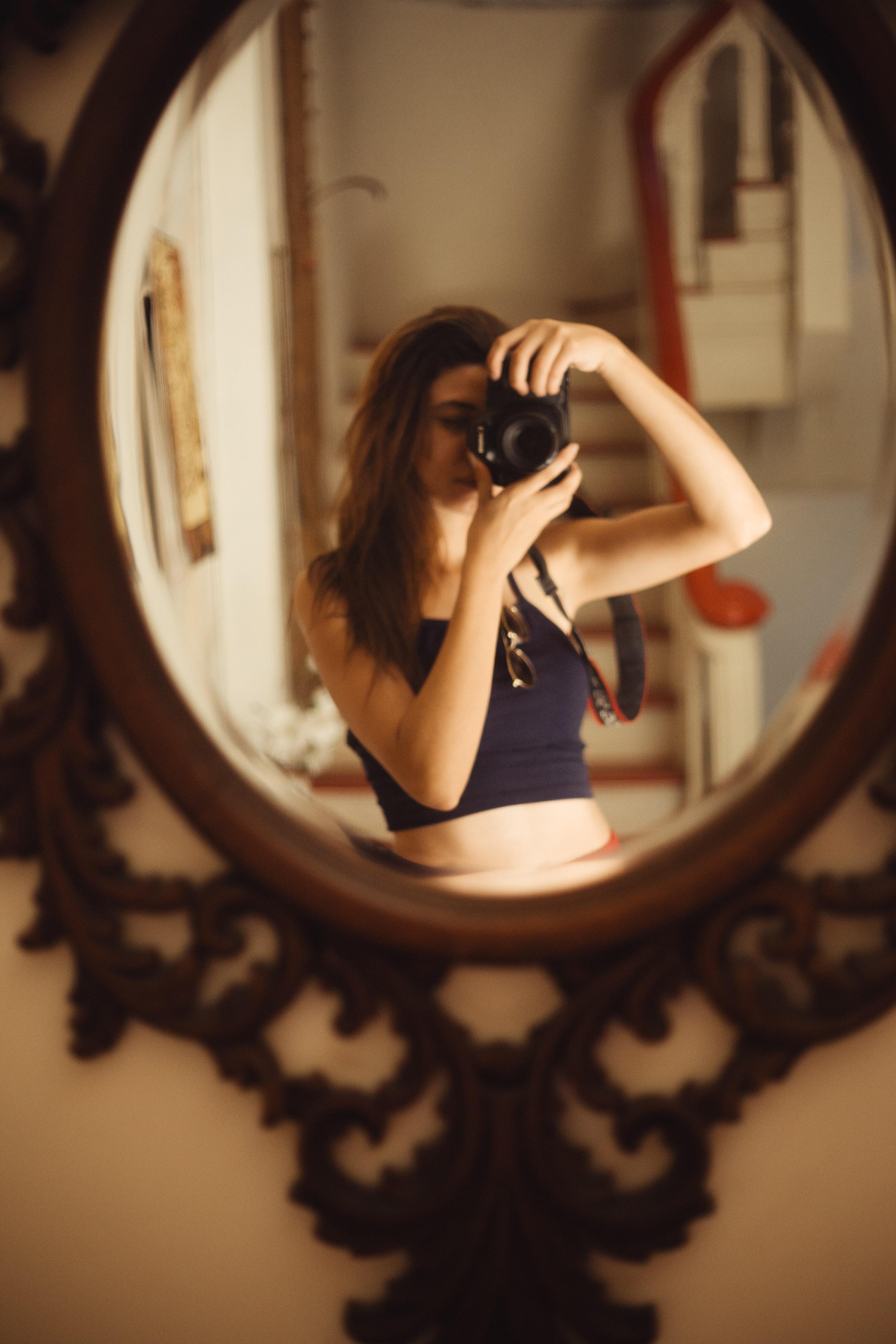 обратился профессиональное фото с отражением в зеркале удержания мотыля