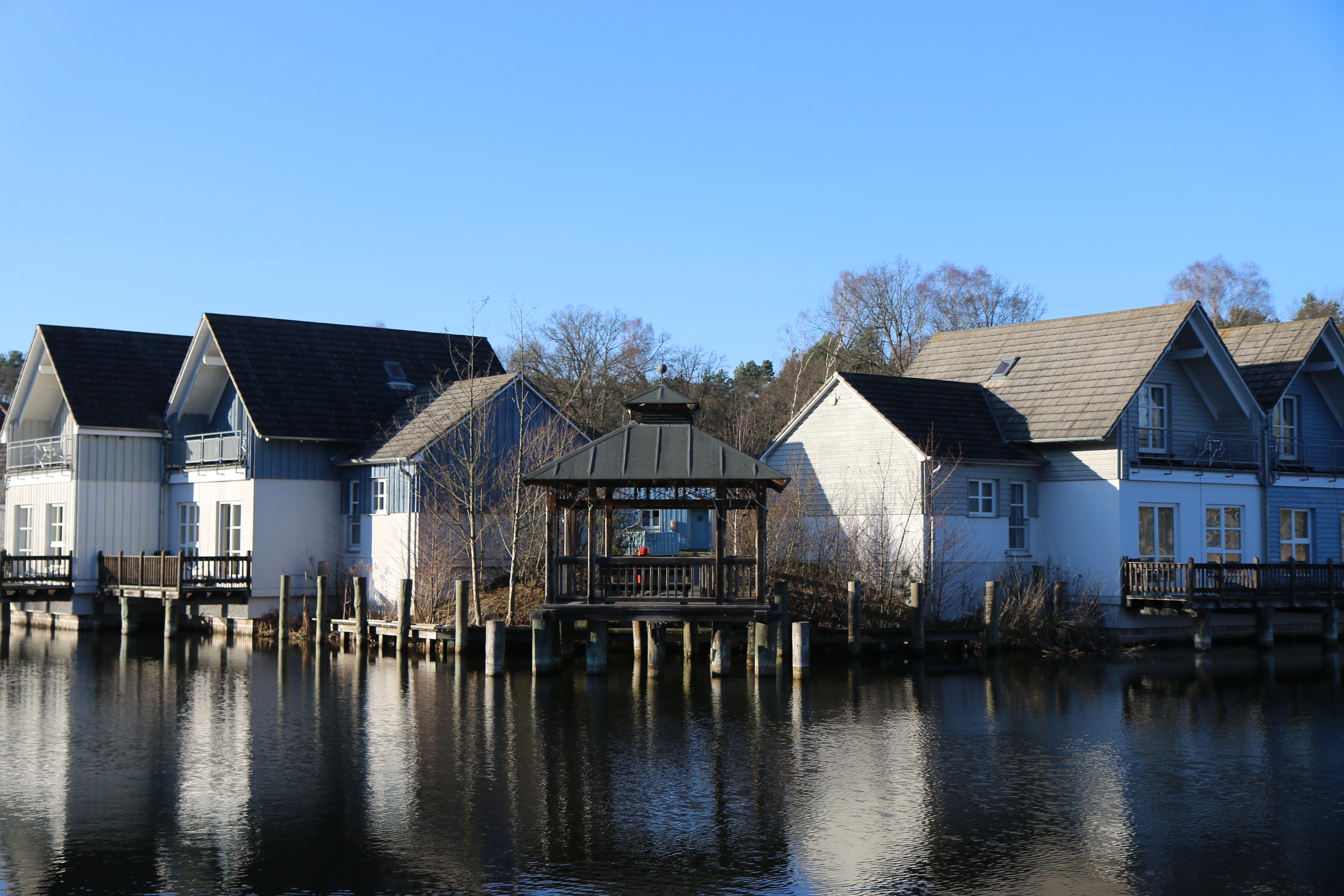 Fotos gratis : espejo, Casas, agua, lago, otoño, simétrico ...