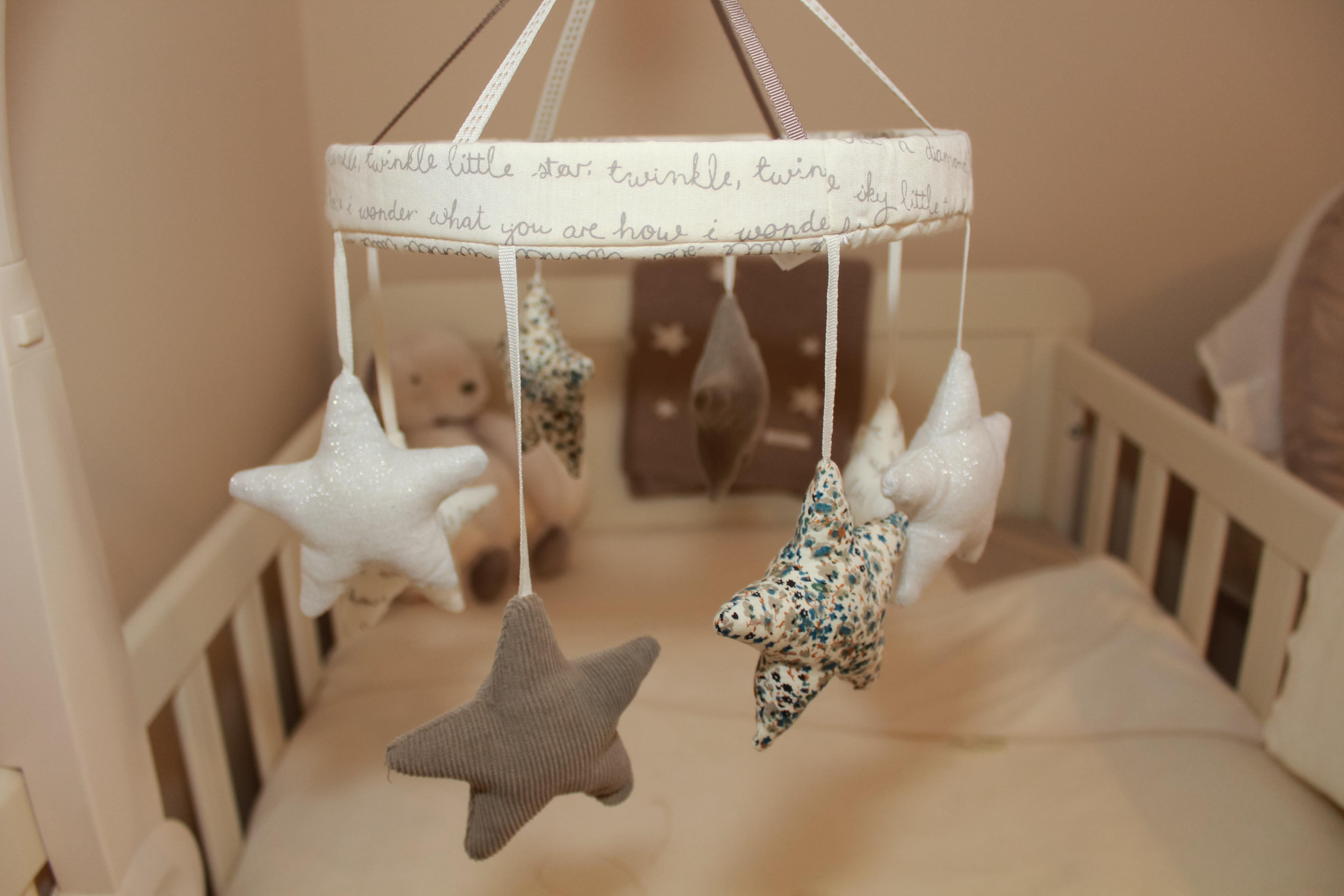 Fotos gratis : móvil, linda, mueble, iluminación, juguete, bebé ...