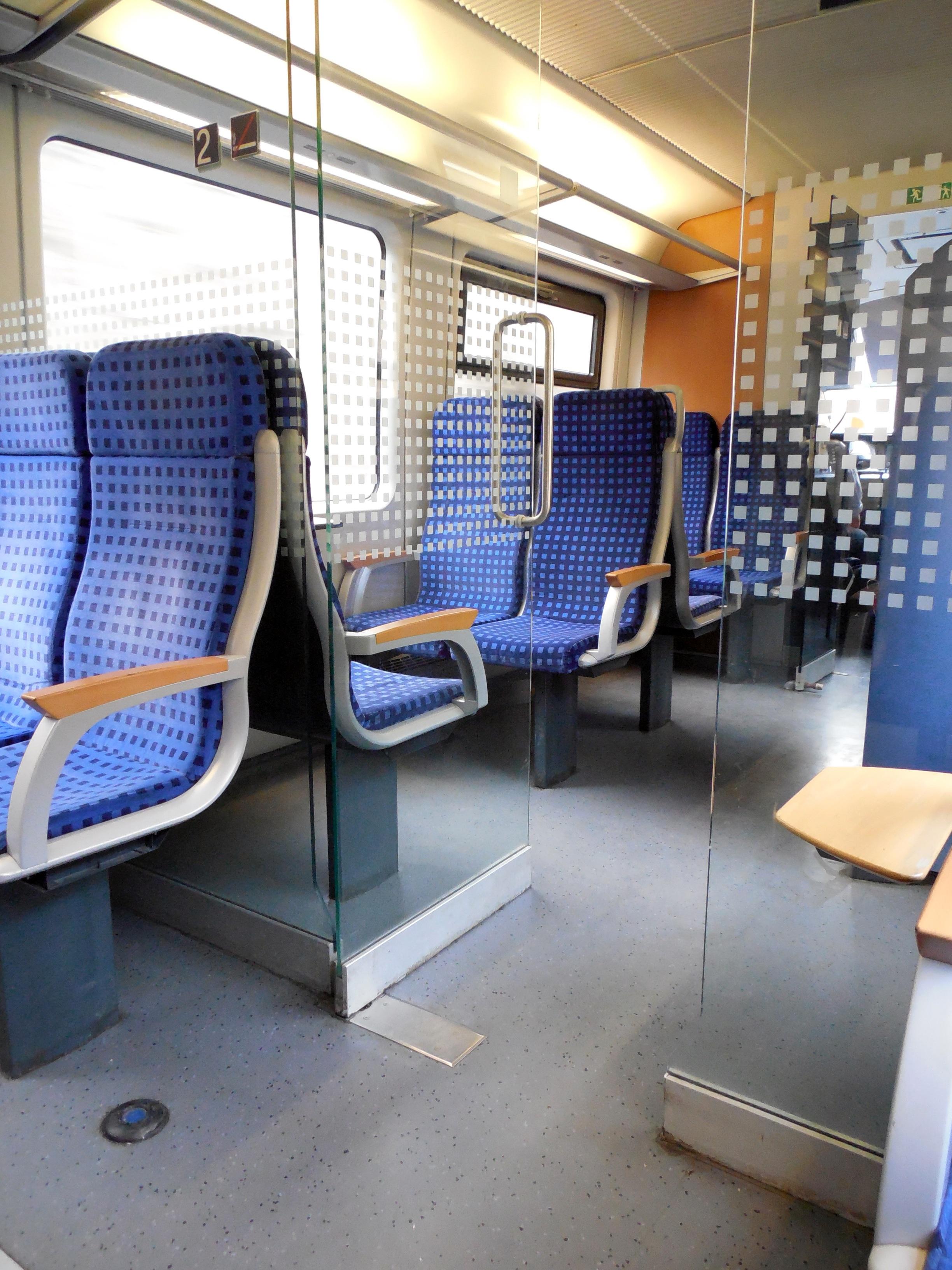 movil ferrocarril piso asiento tren viajar vehiculo salida mueble habitacion diseno de interiores diseno locomocion piso