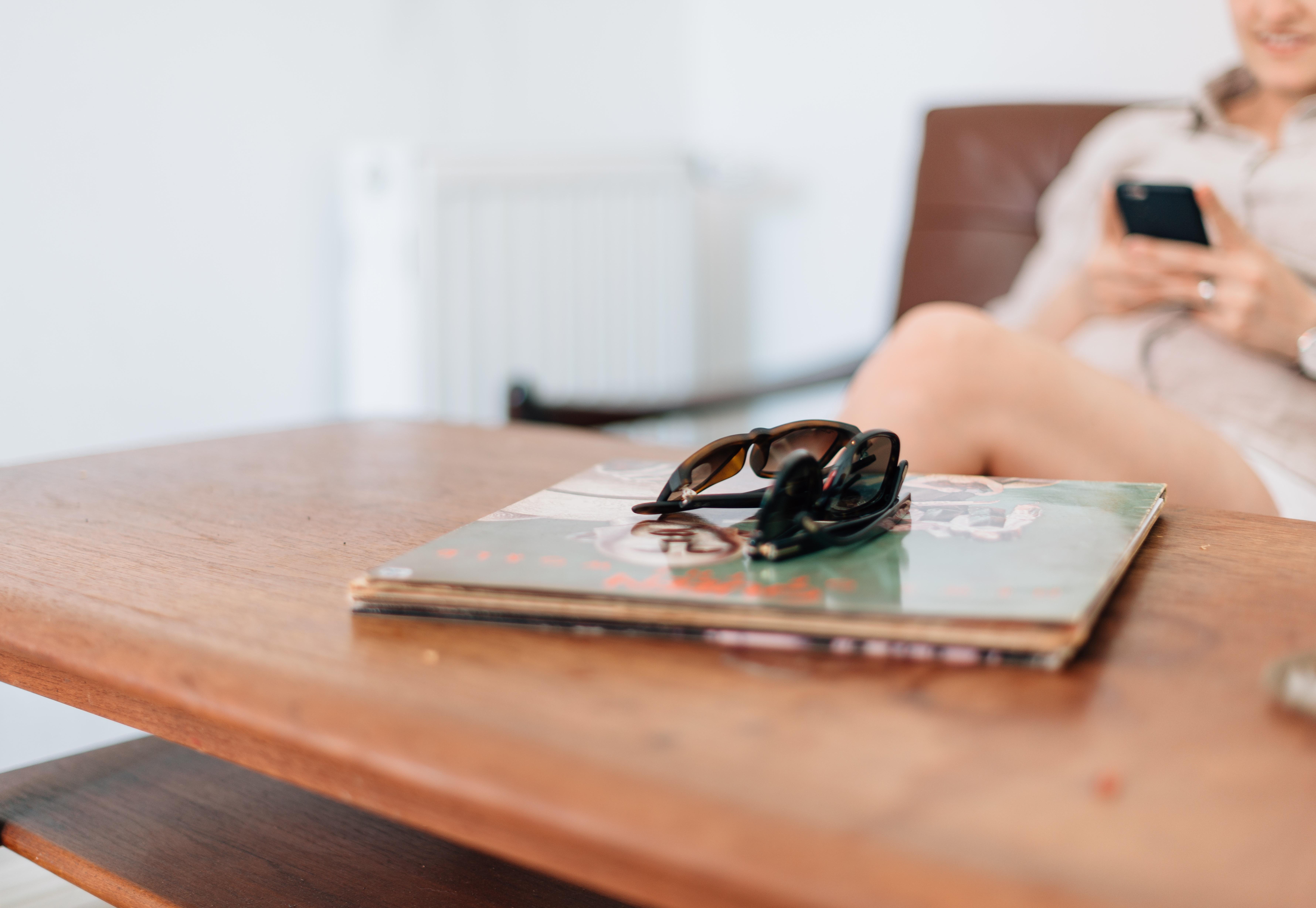 Mobile Schreiben Tabelle Holz Sommer  Ferien Entspannen Sie Sich Möbel  Lebensstil Freizeit Mobiltelefon Entwurf Sonnenbrille