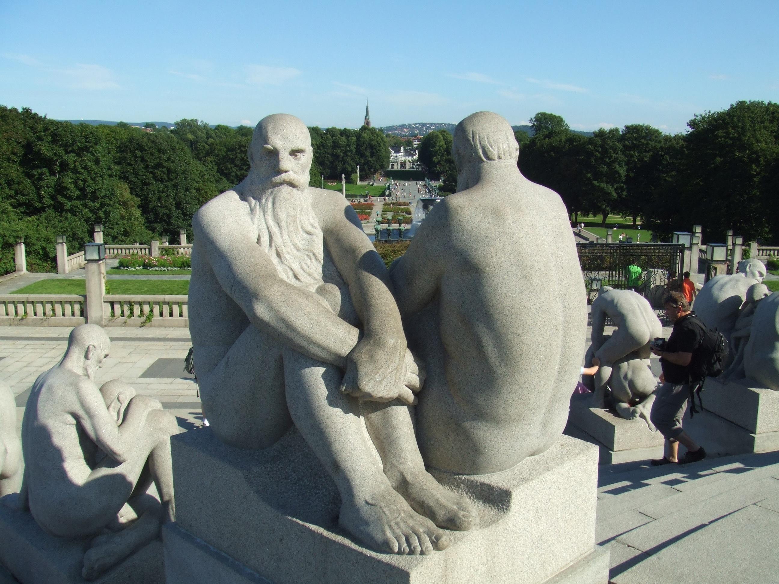 Esta escultura representa a un hombre mayor sentado y otro de espaldas