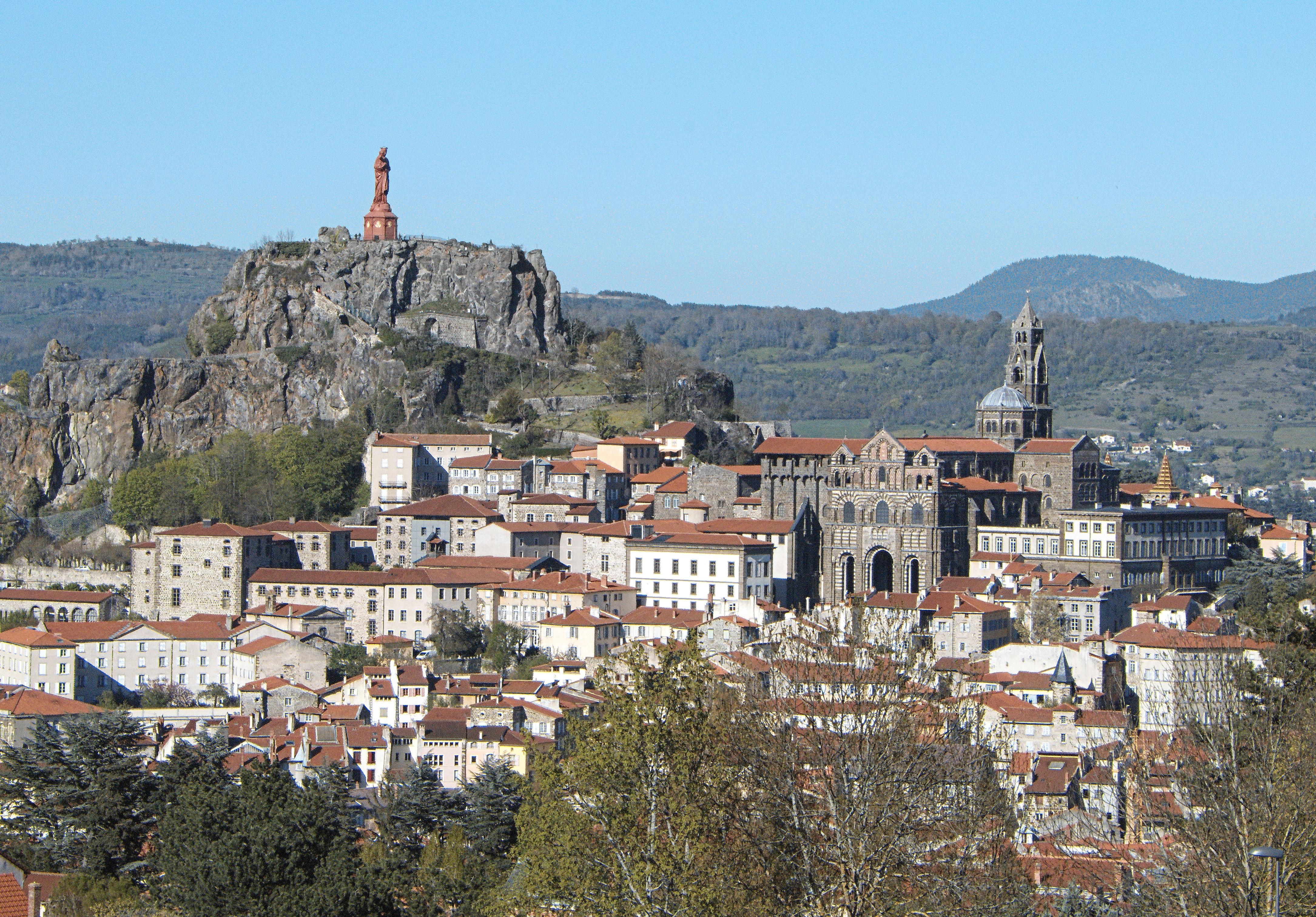 Architecte Le Puy En Velay gambar : kaki langit, pegunungan, pemandangan kota, panorama