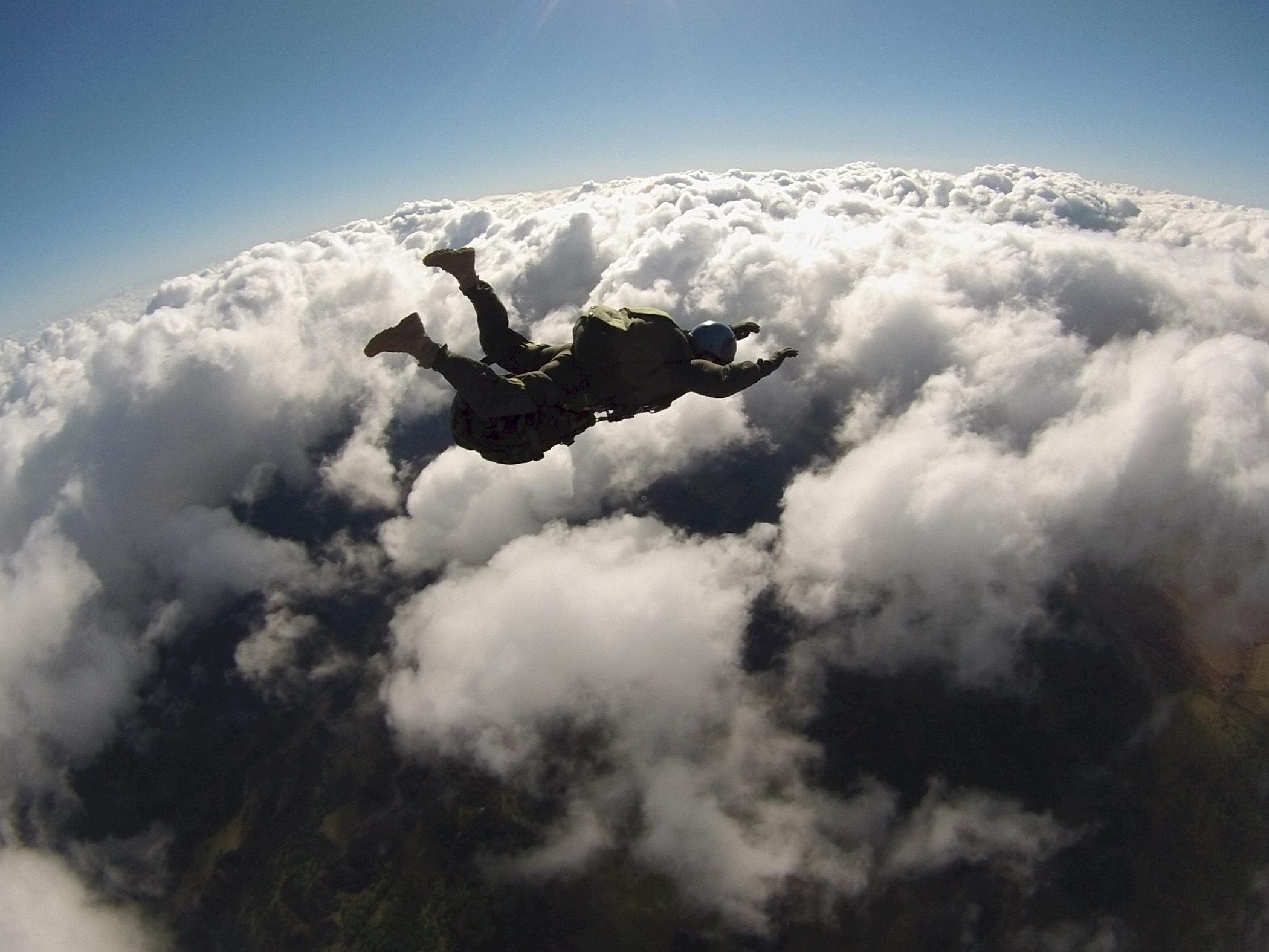 человек в небе фото с самолета получения сильного