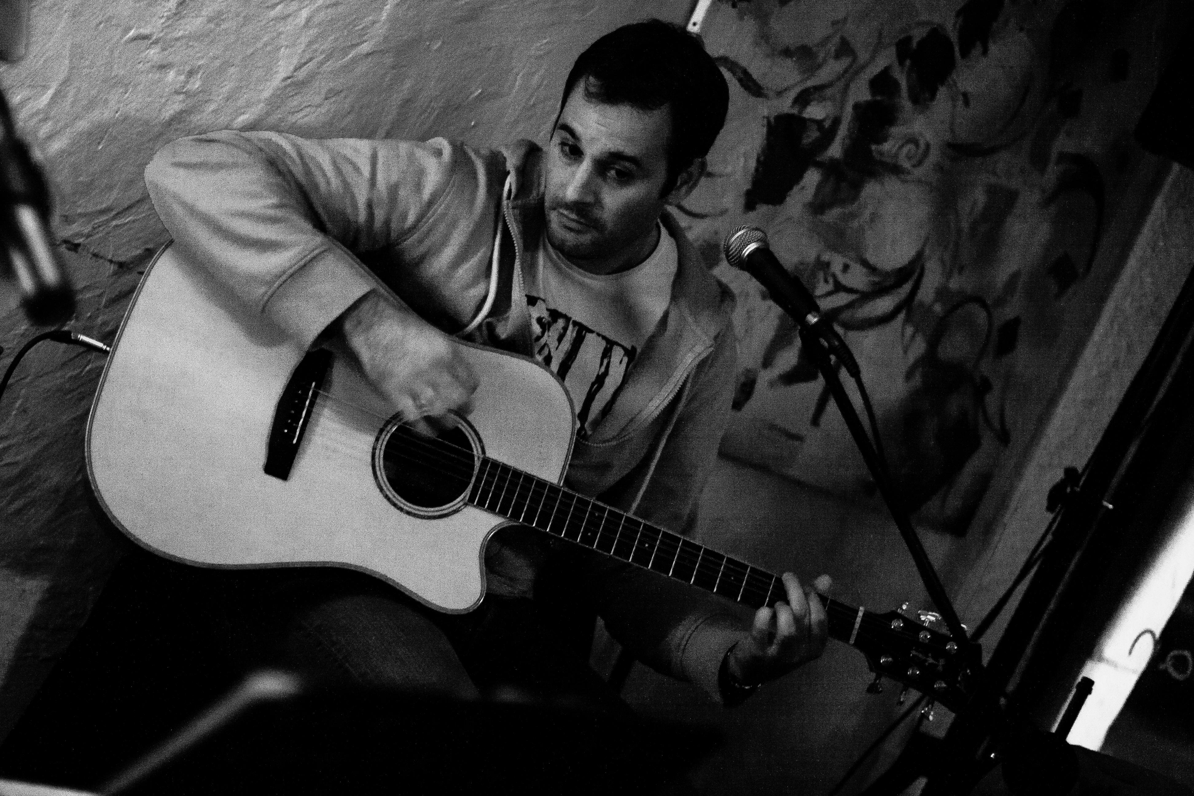 Kostenlose foto Musik Schwarz und weiß Weiß Fotografie Gitarre Bar Konzert Leben Kanon Musiker schwarz einfarbig Akustisch 40d Montluon