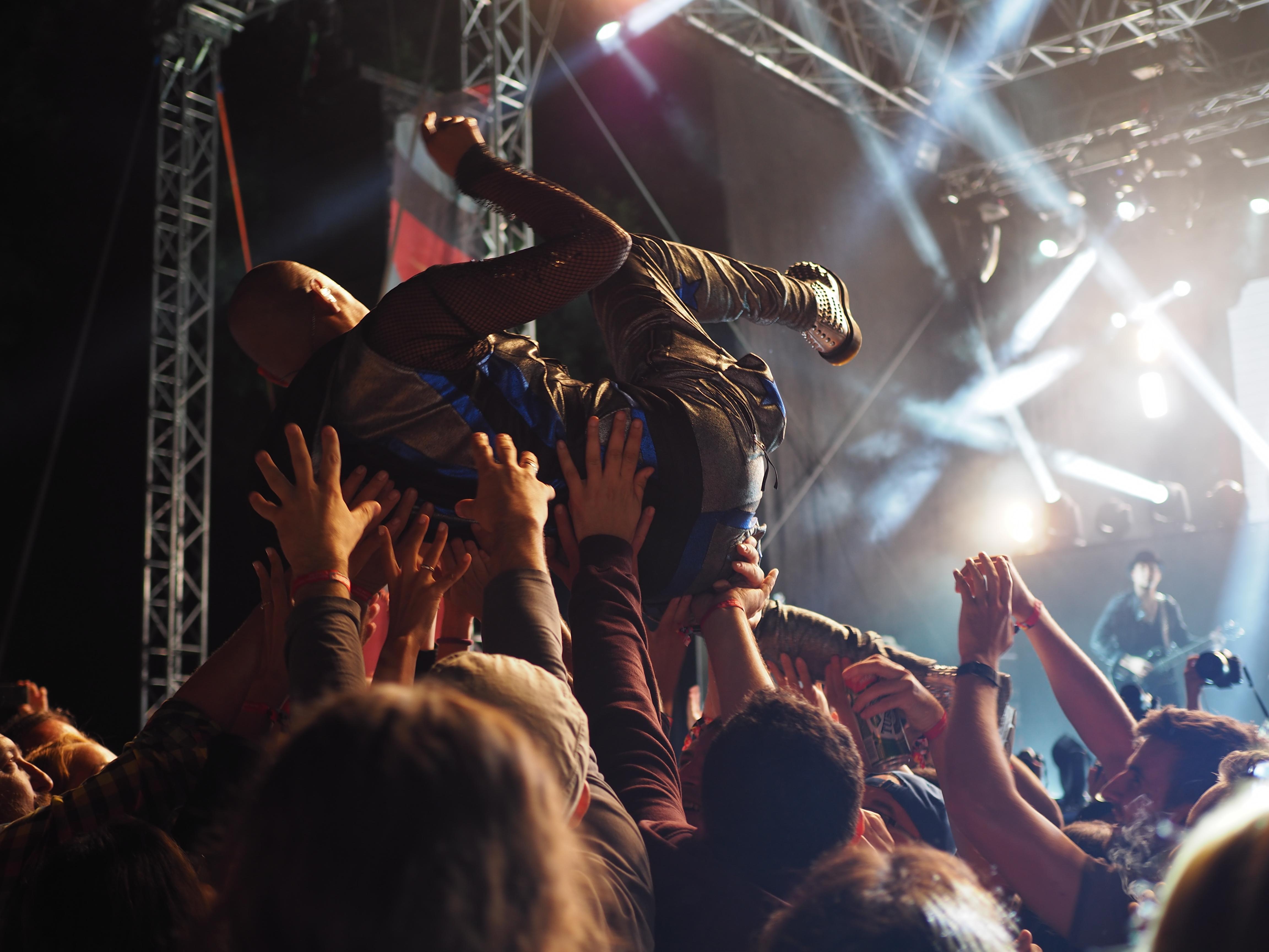 Fotos gratis : música, grupo, gente, multitud, celebracion, cantante ...