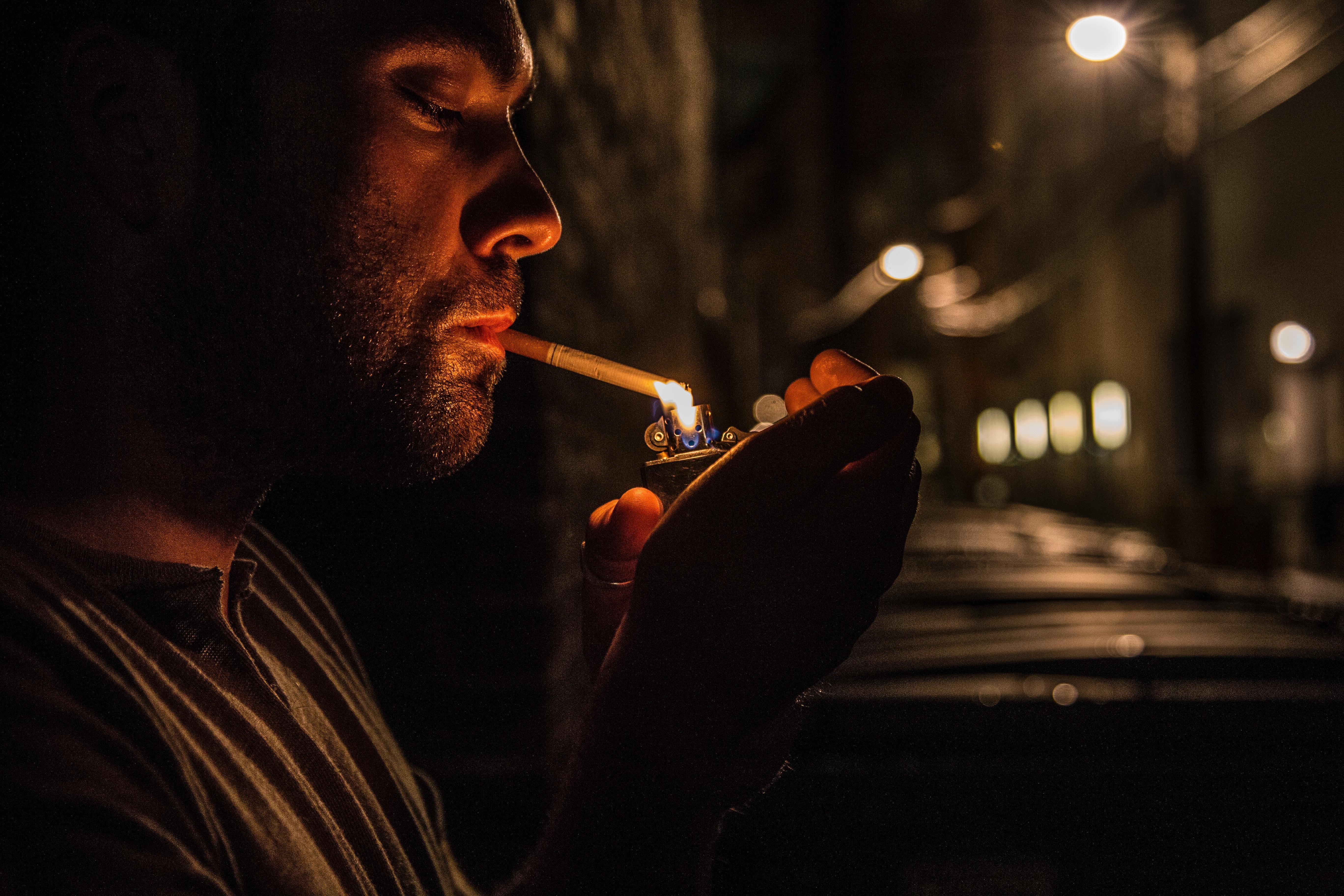 так парень курит фото картинка представляет
