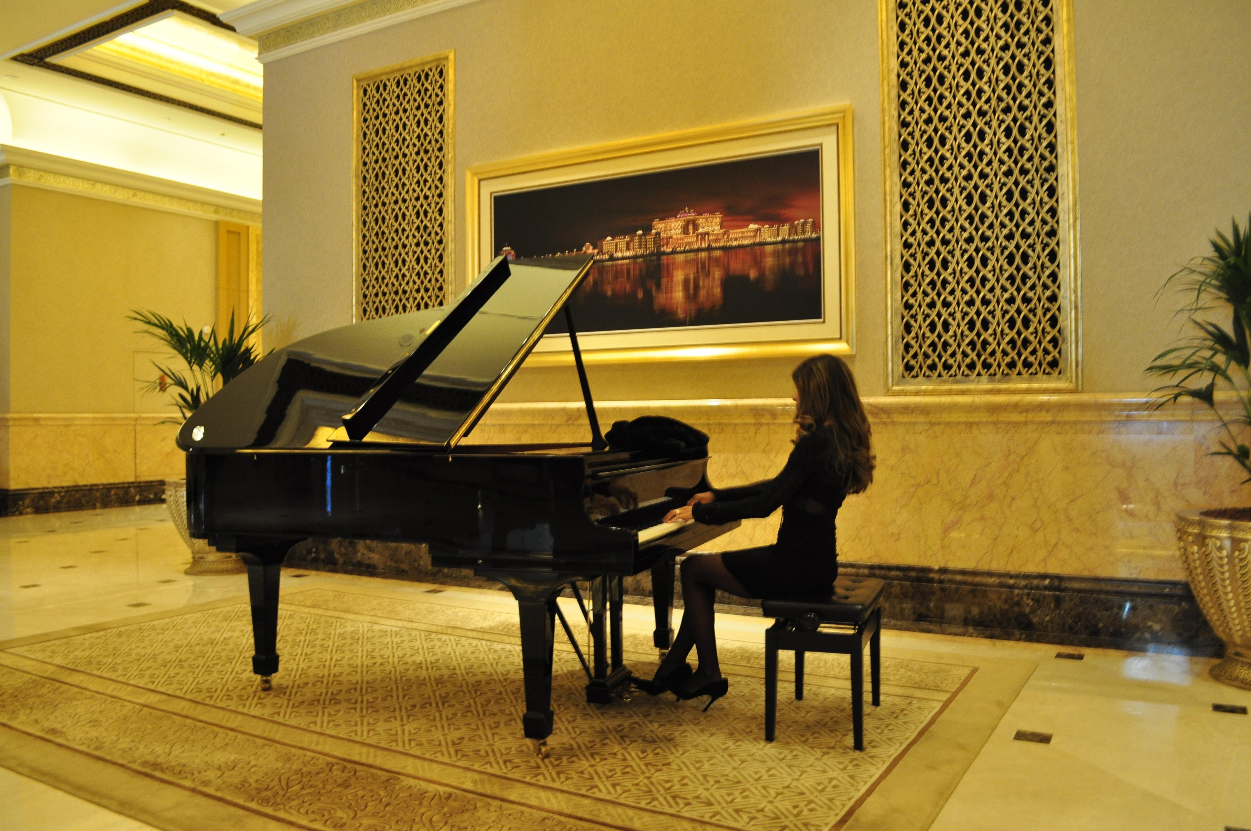 msica mujer teclado tecnologa casa piano sala jugando instrumento musical diseo de interiores lujo diseo atraccin
