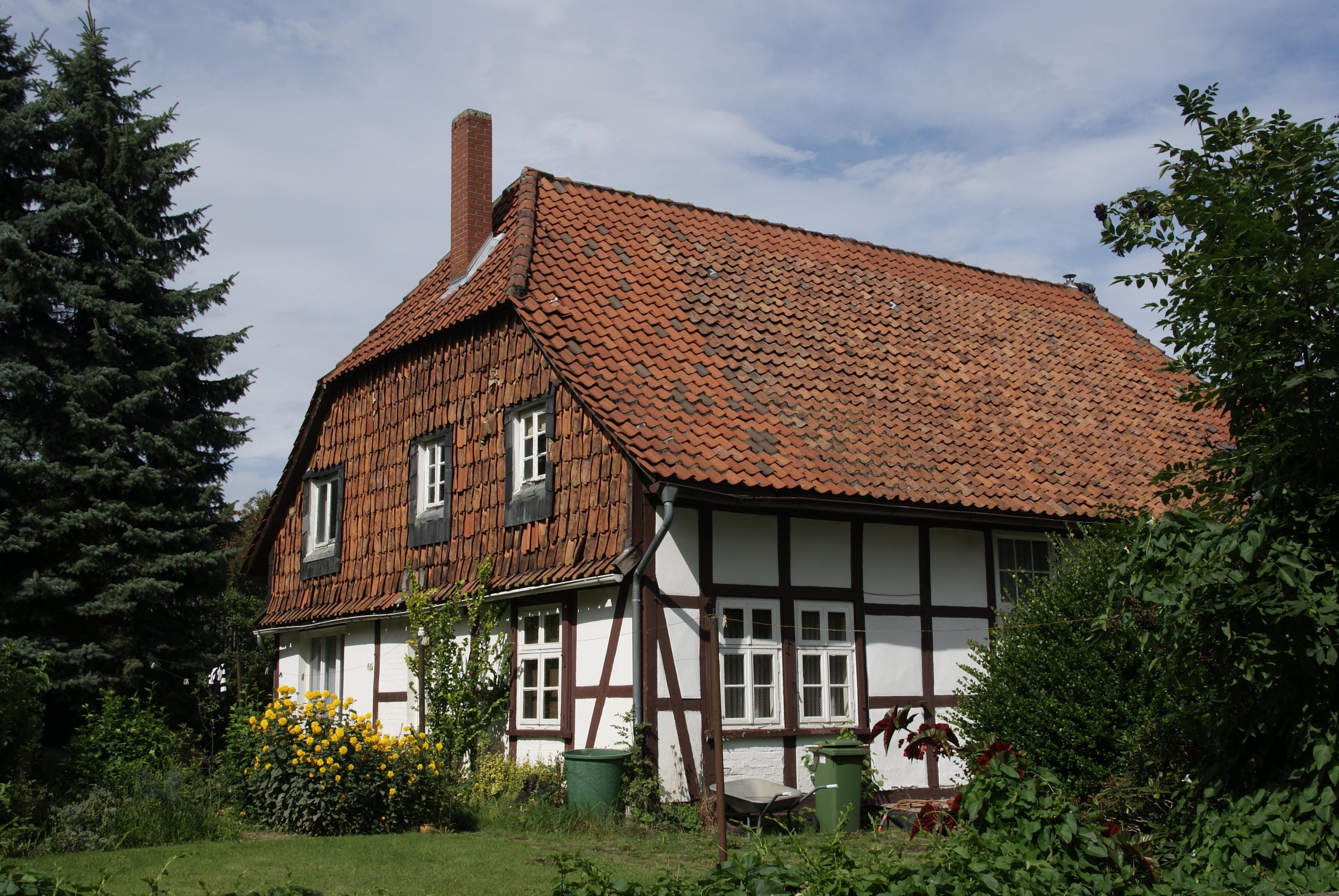 techo edificio antiguo granero monumento fachada propiedad jardn ladrillo flores casa de campo inmuebles cabaa de madera
