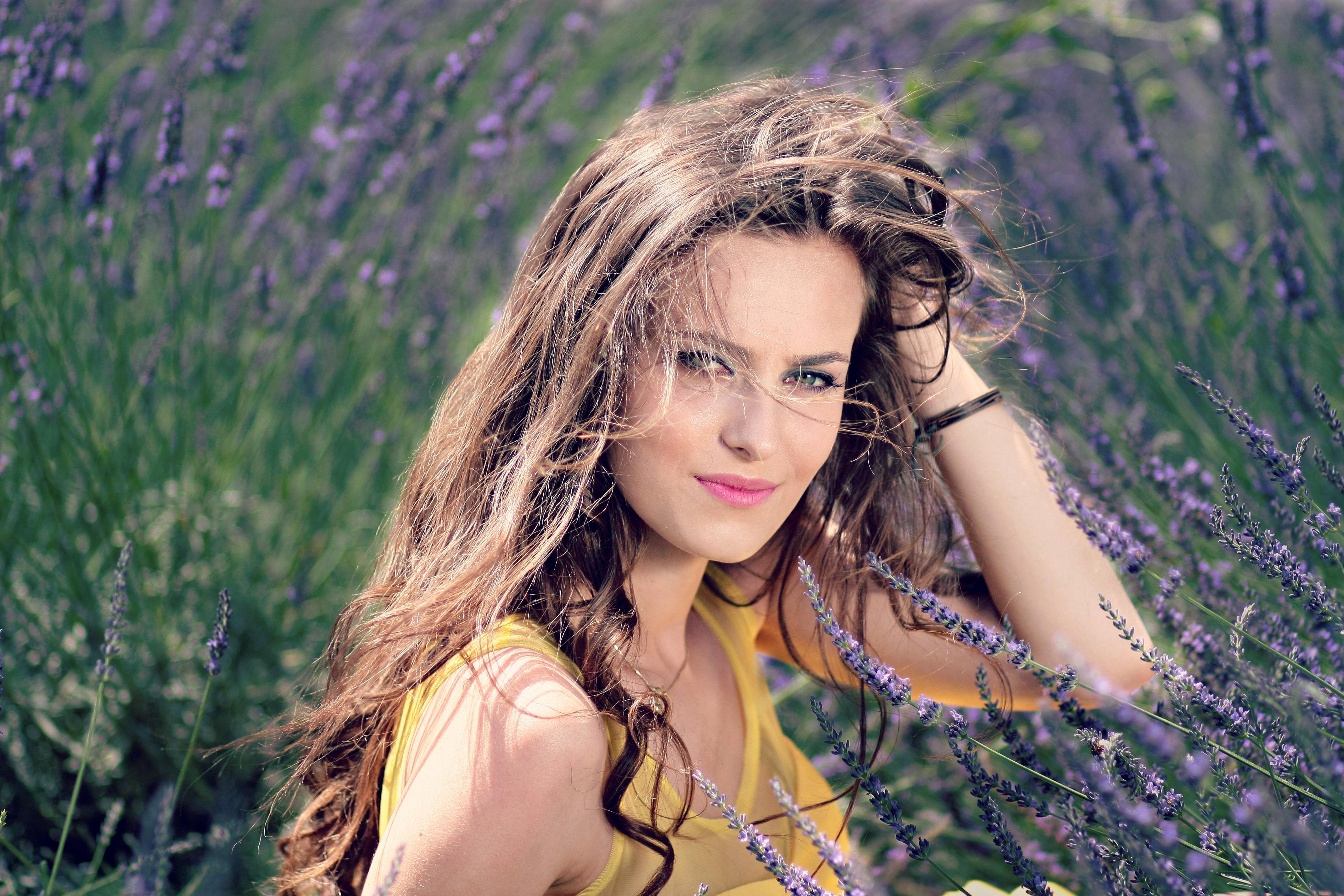 Gambar alam hutan orang gadis wanita padang rumput bunga model musim semi musim gugur mode warna lembayung muda hairstyle tersenyum rambut