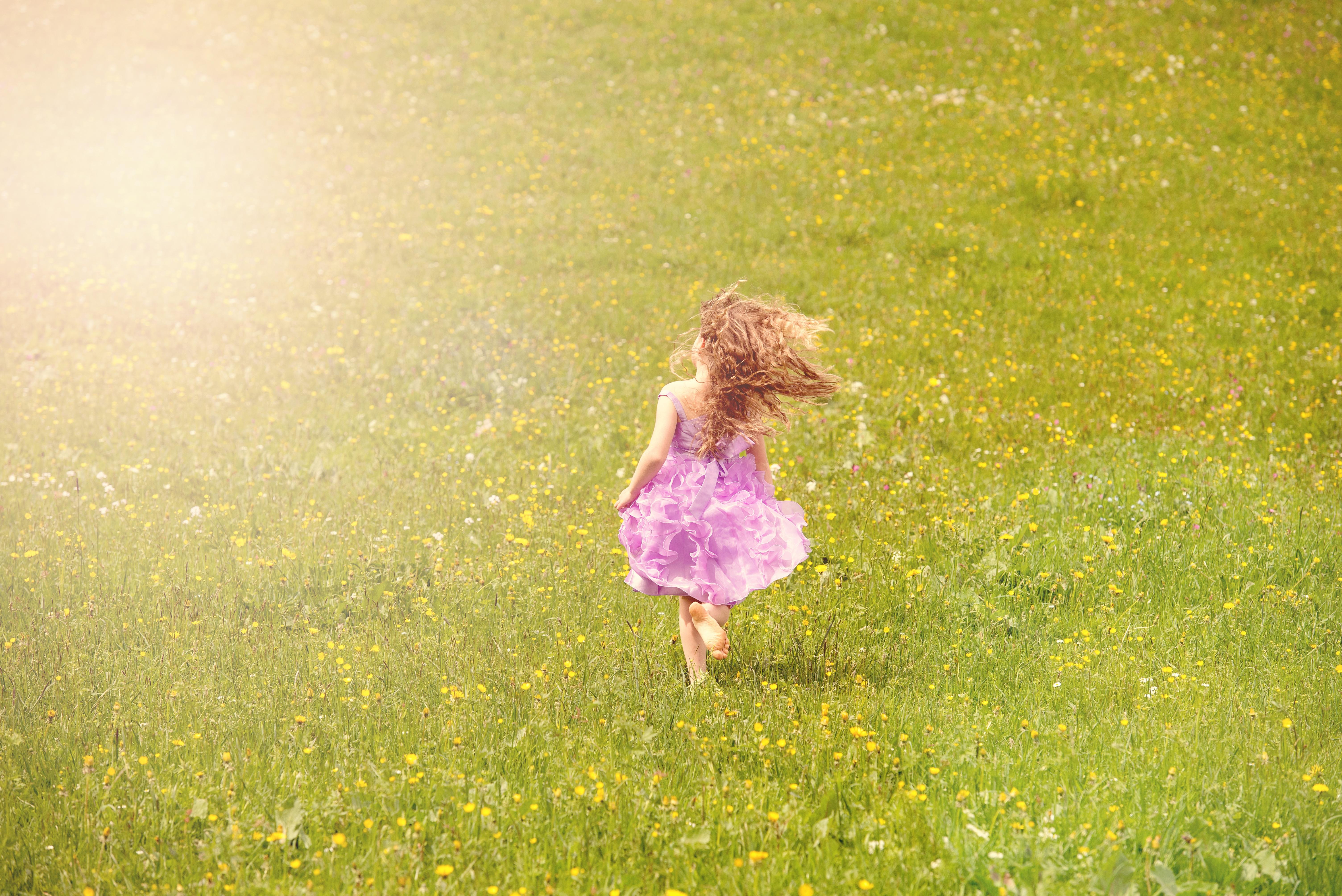Картинка девочки убегающей