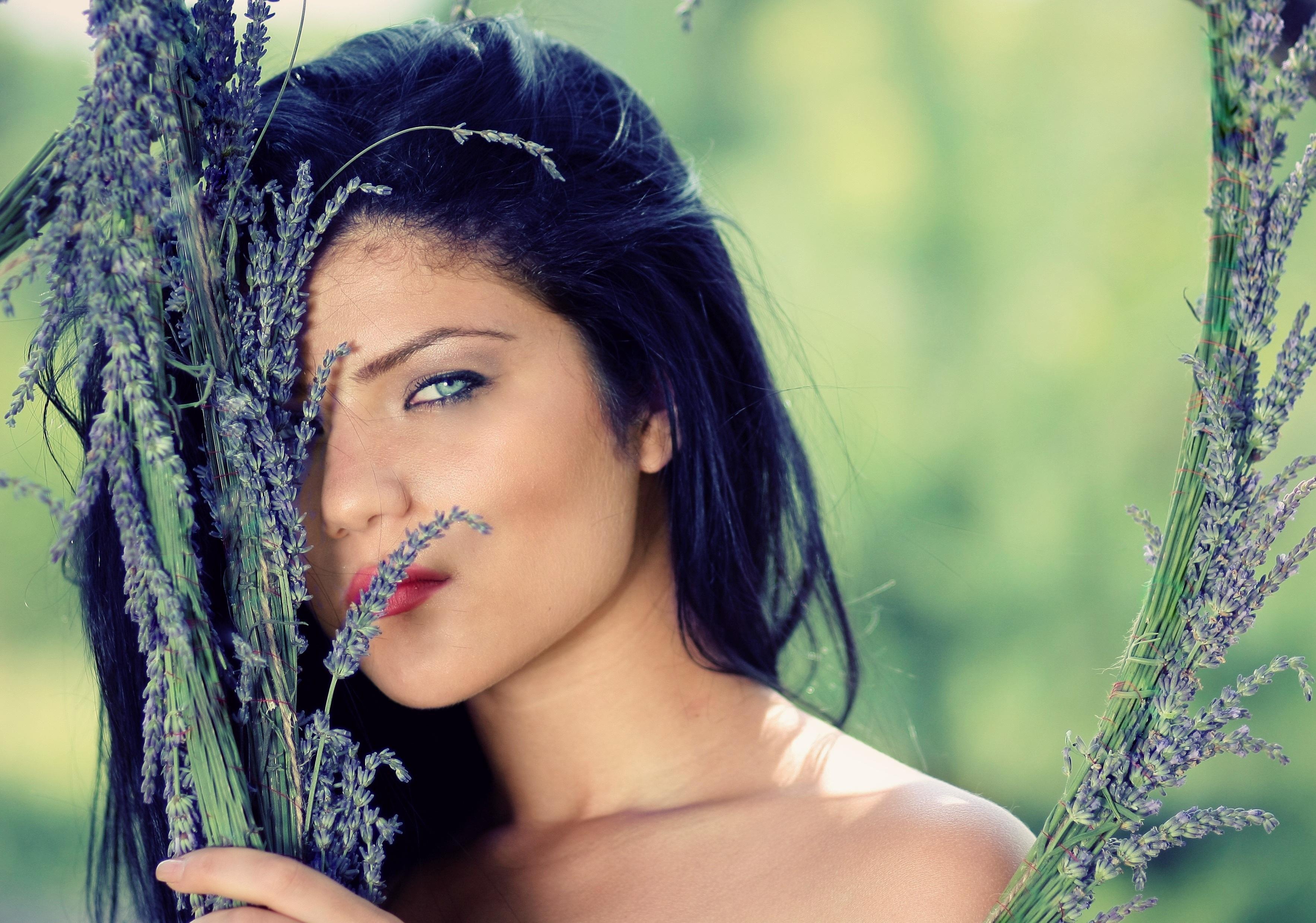 Фото красивых девушек брюнеток с цветами в волосах на пляже — pic 6