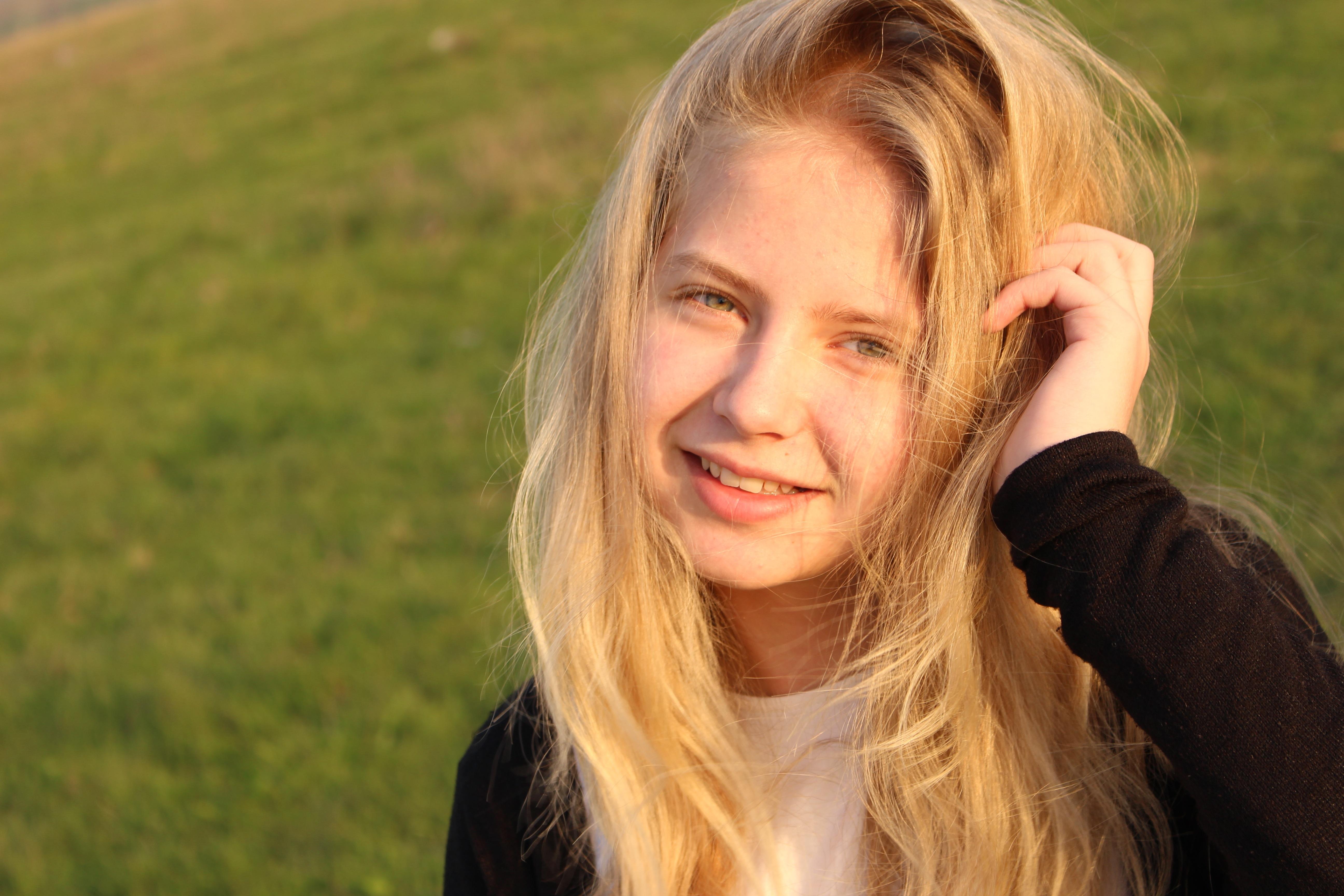 Mädchen braune haare blaue augen Kostenlose foto