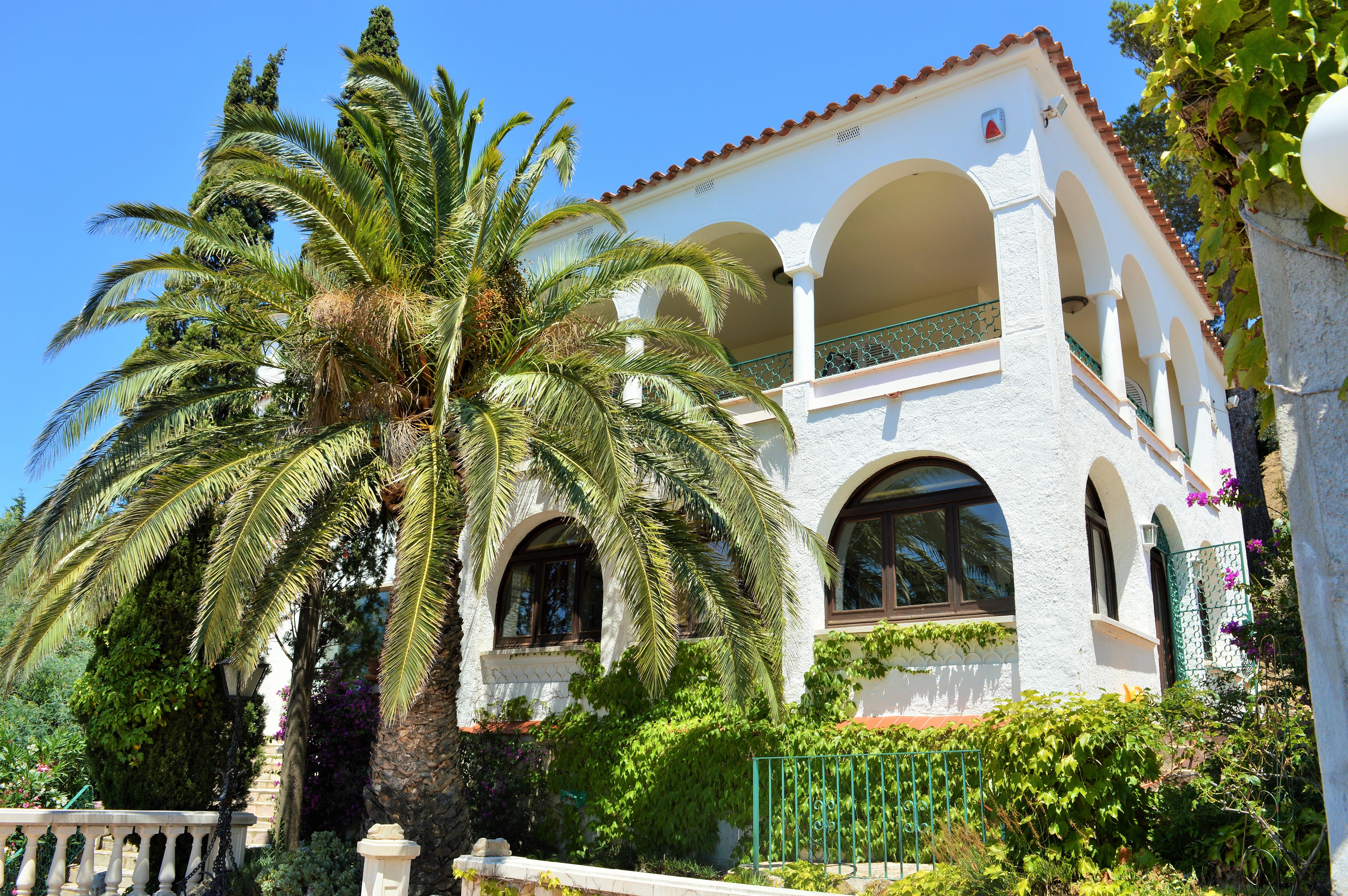Images gratuites la nature ciel soleil blanc villa fleur b timent maison t vacances for Maison de luxe espagne