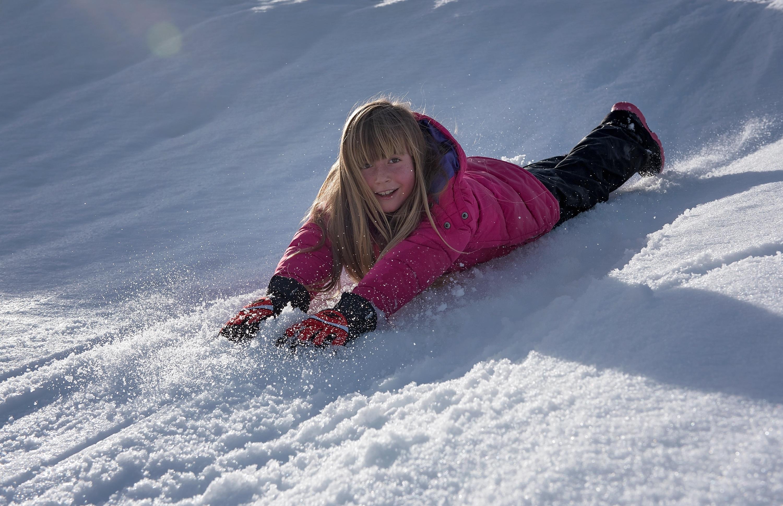 человек лежащий на снегу картинки отличие керамических