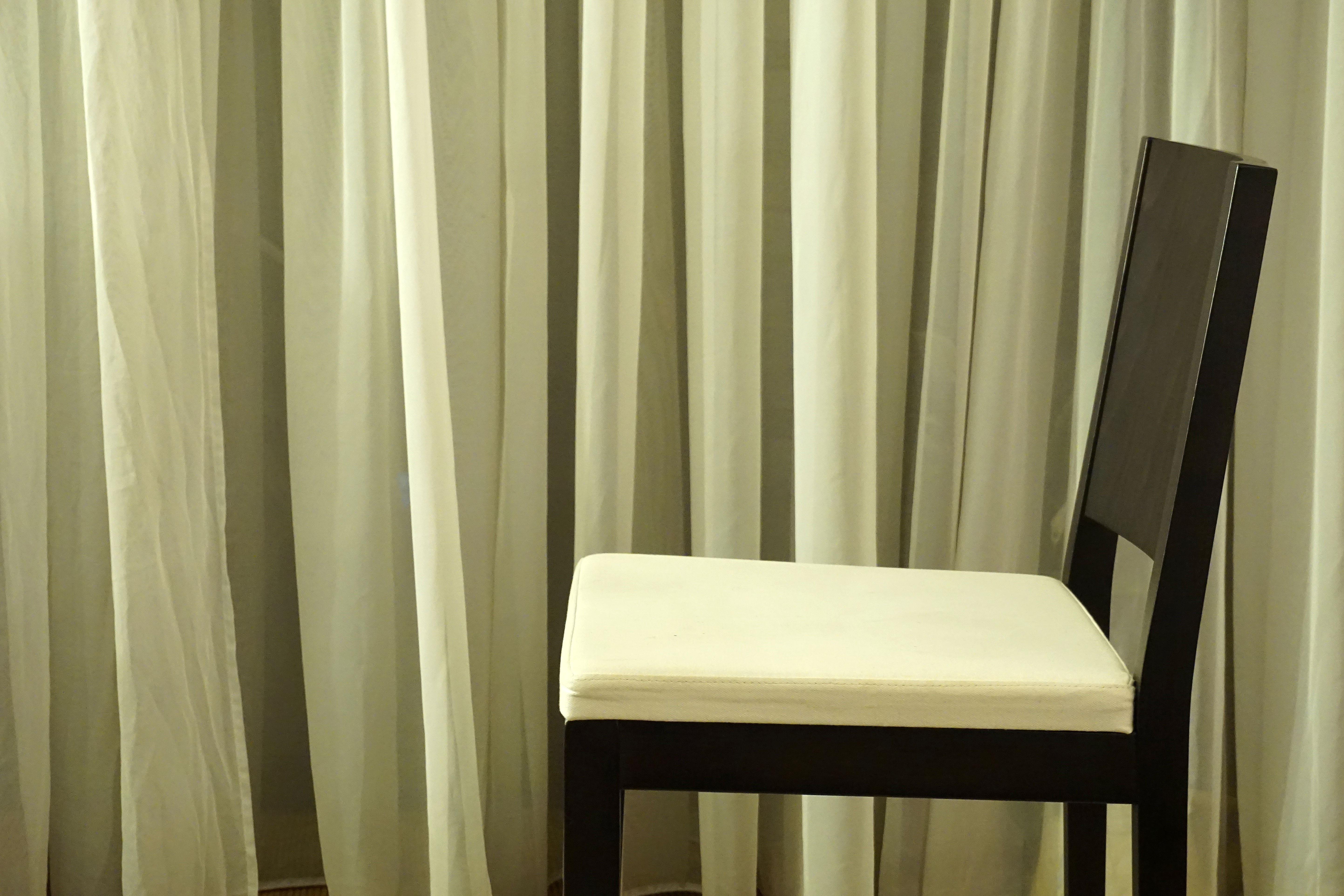 Gratis afbeeldingen nacht stoel gordijn meubilair kamer decor room materiaal modern - Stoel volwassen kamer ...
