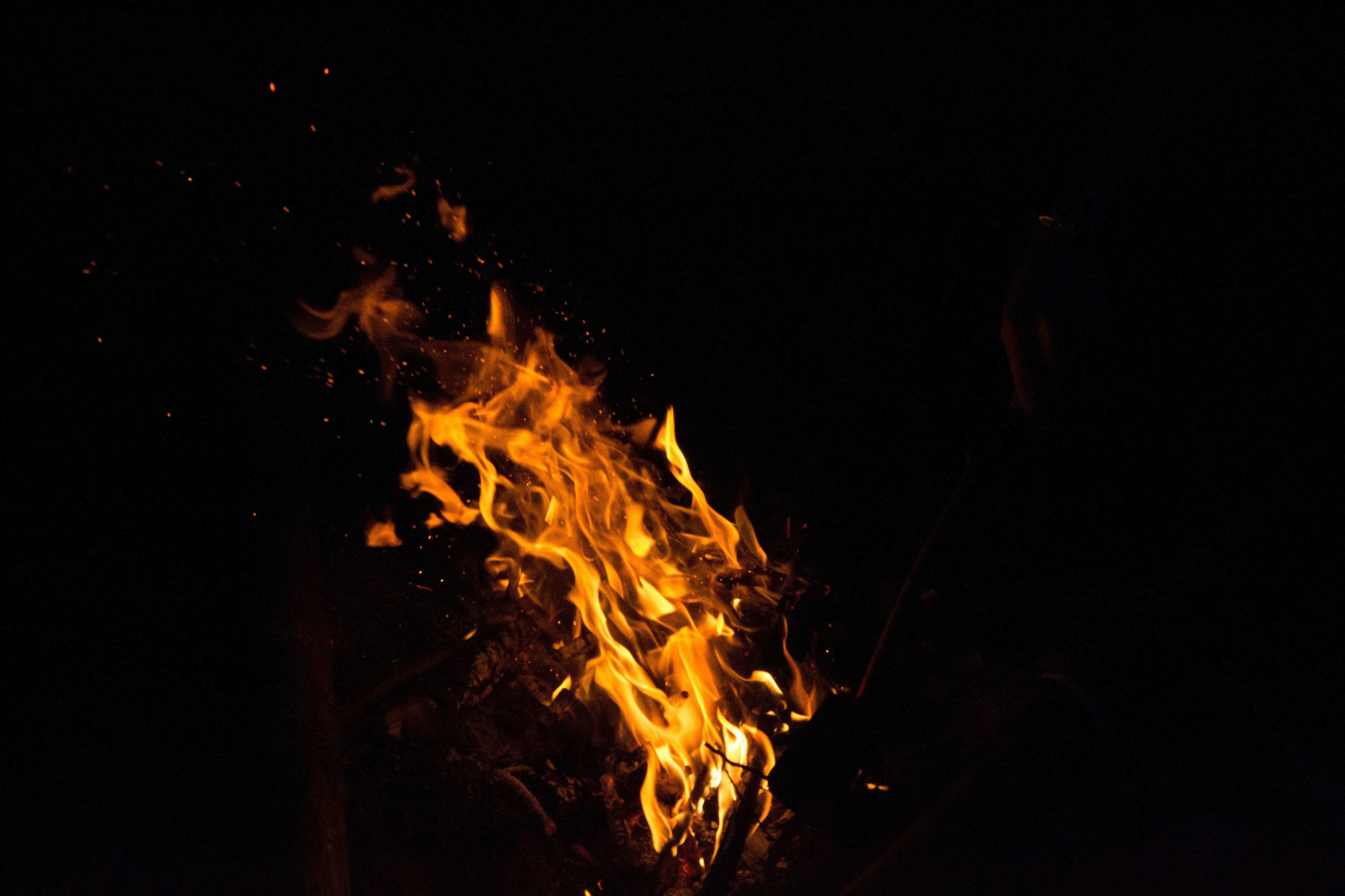 фото необычный огонь в черном фоне кожи возникает результате