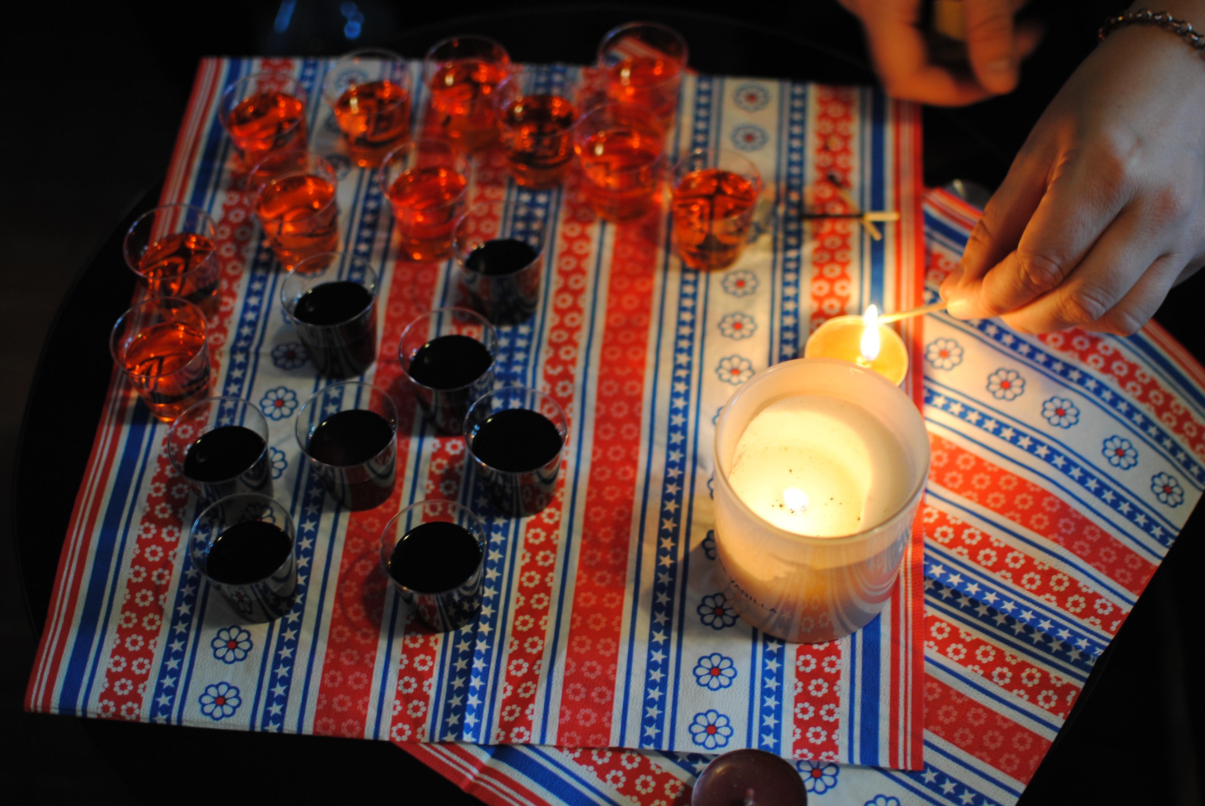 Kostenlose foto : Nacht-, Gitarre, Jung, Getränk, Nachtleben, Kerze ...